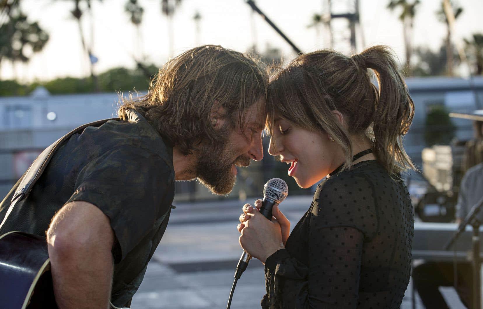 Lady Gaga, outre sa contribution vocale formidable, se glisse dans la peau d'Ally avec un naturel désarmant, aux antipodes du jeu plus «méthode» de son partenaire, l'acteur et ici réalisateur aussi, Bradley Cooper. En idole sur le déclin, il est aussi investi que crédible.