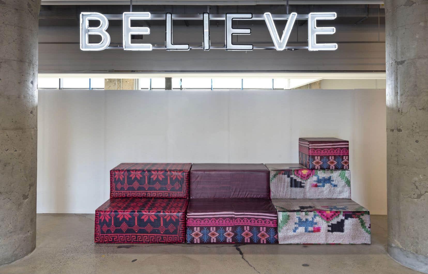 Hall d'entrée du MOCA avec les œuvres «BELIEVE», de Kendell Geers et «?<em>DEMOS – A Reconstruction</em>», d'Andreas Angelidakis.