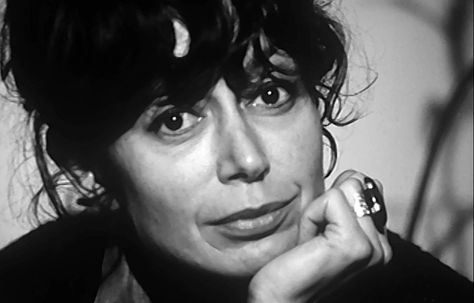 <p>Placée devant un monument, la cinéaste a trouvé en Pauline Julien bien plus qu'un sujet à biographie édifiante.</p>