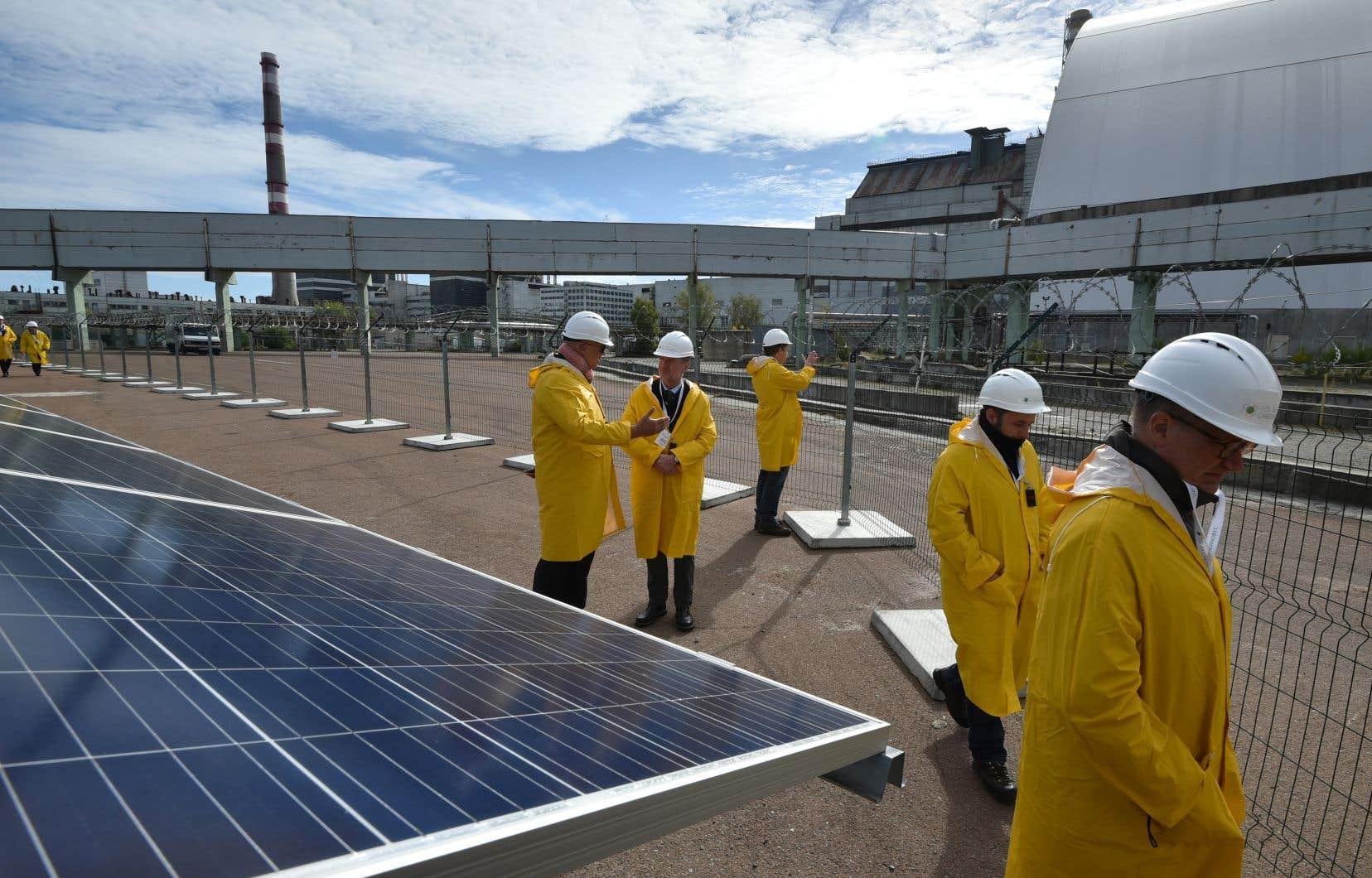 La nouvelle centrale compte environ 3800 panneaux photovoltaïques, installés à près d'une centaine de mètres du réacteur accidenté.