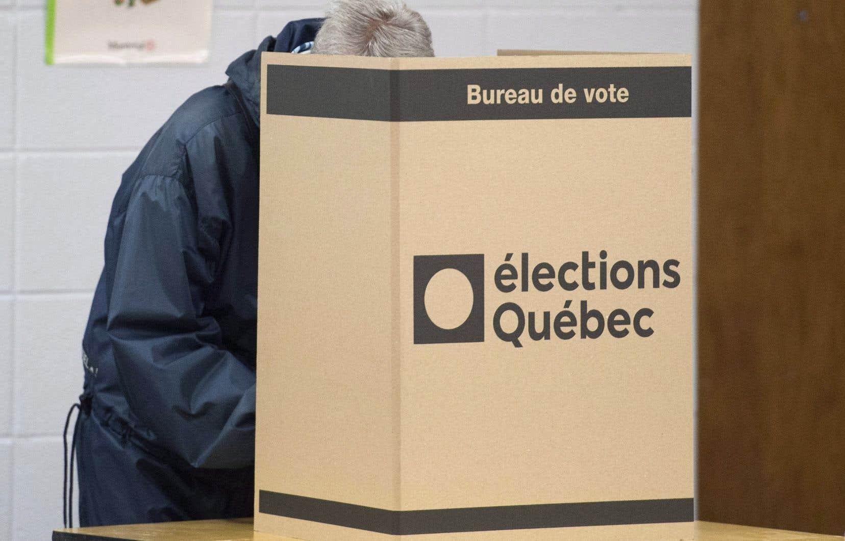La CAQ, le Parti québécois, Québec solidaire et le Parti vert ont signé un document en mai dernier dans lequel ils s'engagent à établir un mode de scrutin proportionnel mixte compensatoire.