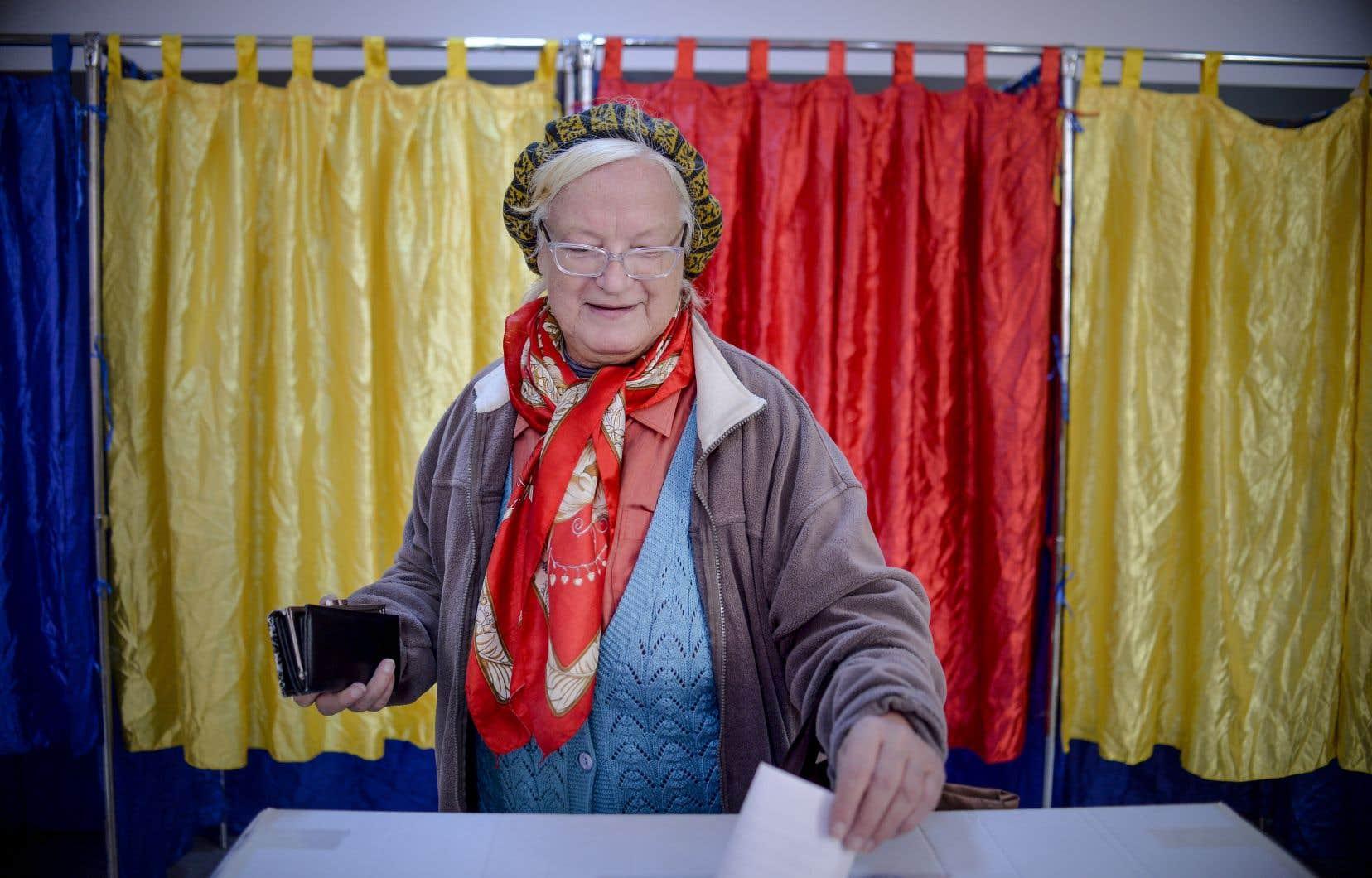 Une femme vote samedi à Bucarest, dans le cadre du référendum visant à ancrer dans la constitution roumaine l'interdiction du mariage homosexuel.