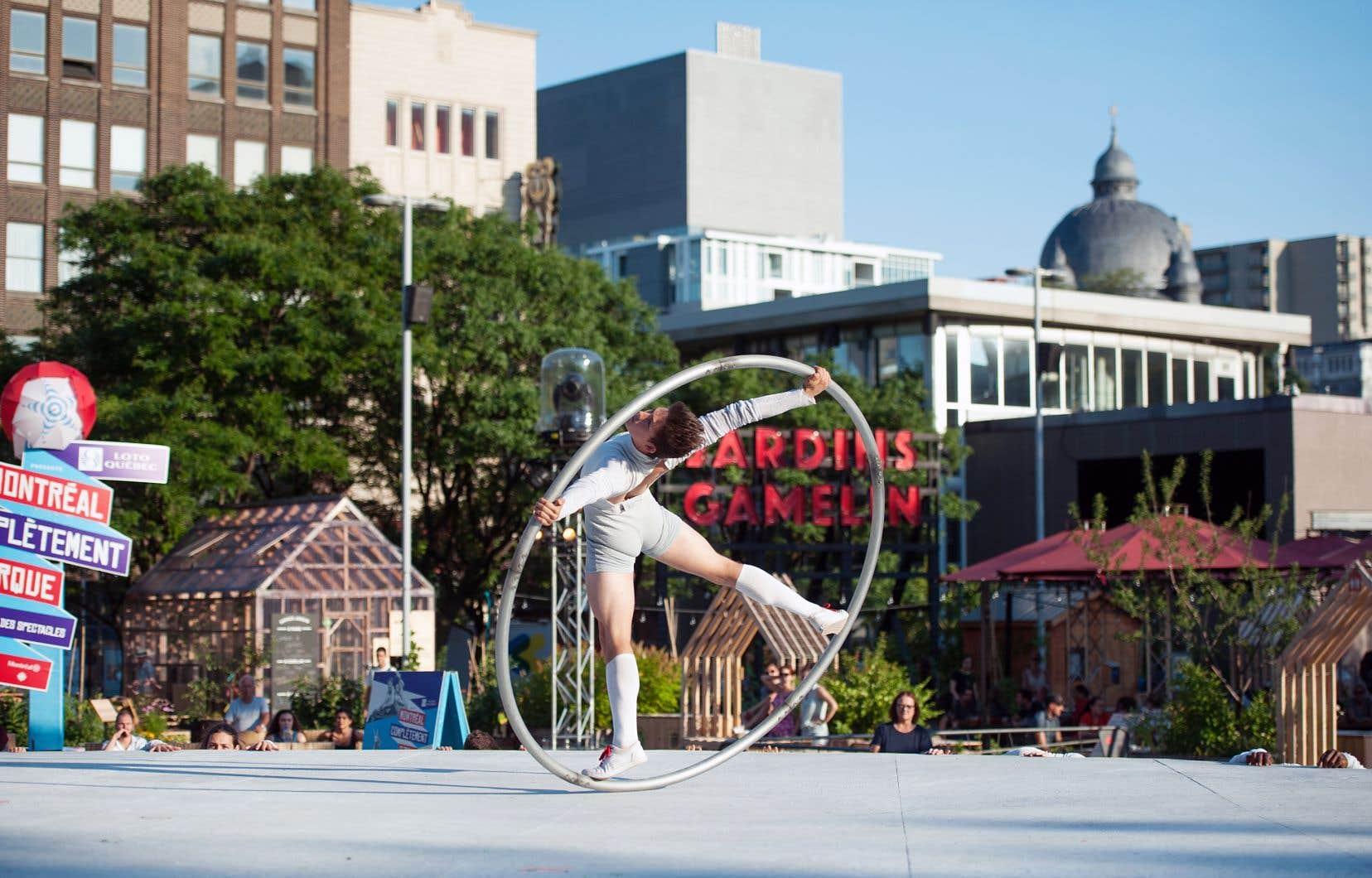 Les artistes du festival Montréal complètement cirque ont investi la place Émilie-Gamelin l'été dernier.
