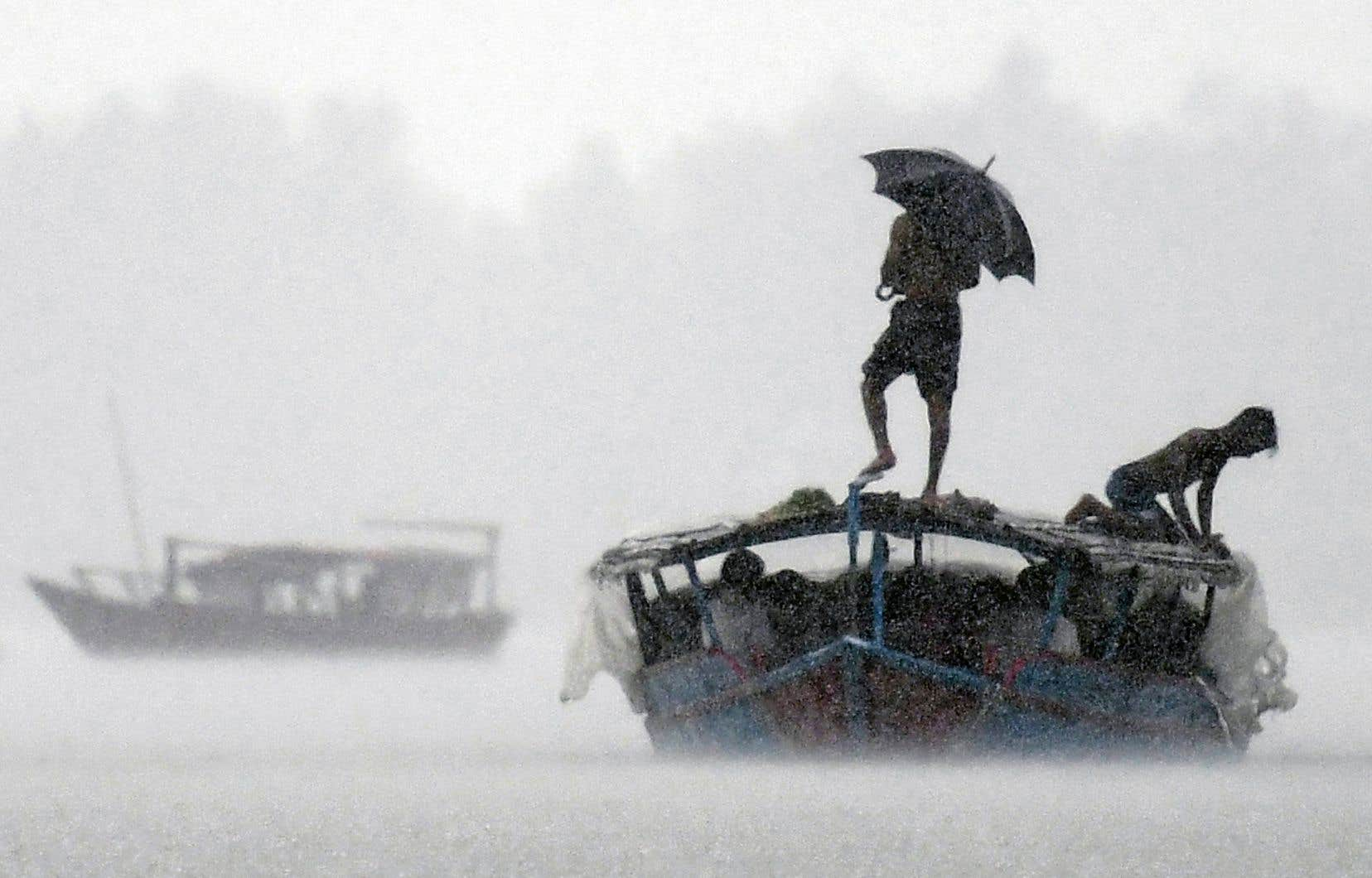 Un bateau transportait des passagers sur le fleuve Padma, au Bangladesh, pendant de fortes pluies en septembre dernier. En seulement cinq ans, plus de 9000 personnes ont été déplacées par le Padma, le principal affluent du Gange, envahissant de plus en plus l'intérieur des terres.