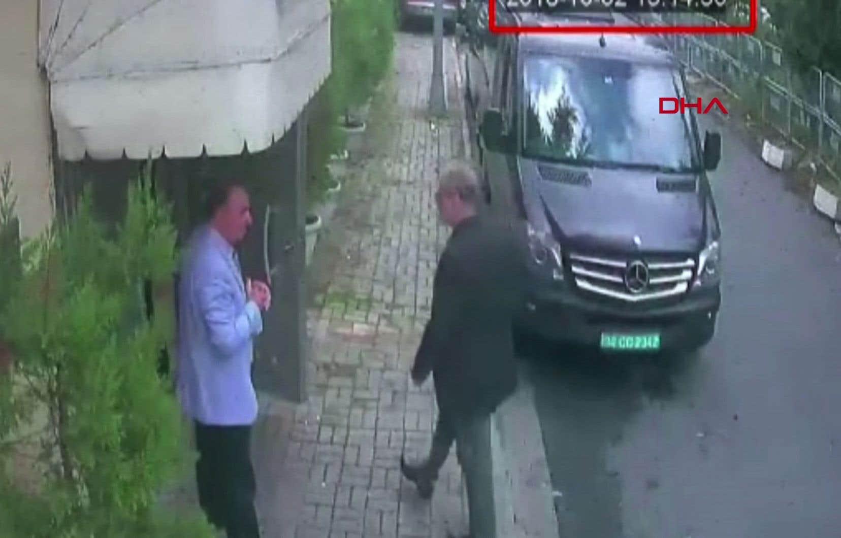 <p>Selon la police turque, M.Khashoggi n'en est jamais ressorti, mais Riyad affirme le contraire. Sur les images,il apparaît, entrant dans le consulat à 13h14. Une fourgonnette noire est visible, garée à proximité.</p>