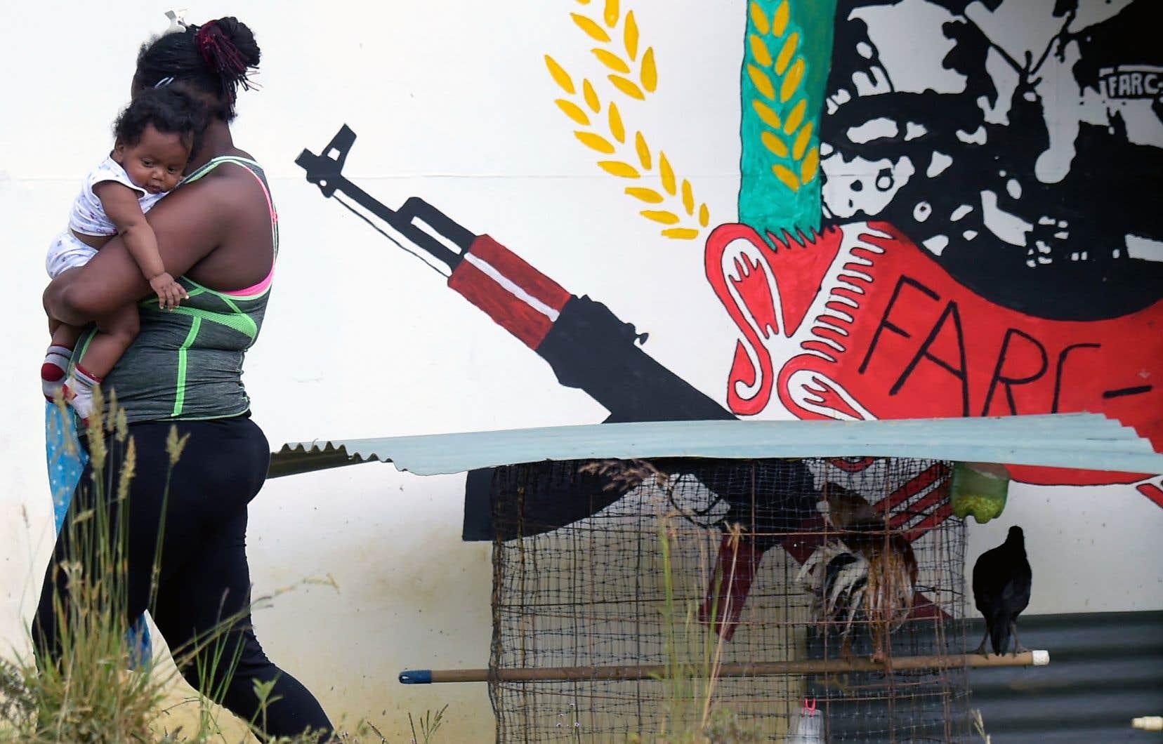 Une ancienne rebelle des FARC transporte son fils dans un territoire où les anciens combattants reçoivent des formations pour les réhabituer à la vie civile. En vertu de l'accord de paix, 7000 anciens combattants ont déposé les armes l'an dernier en échange de la promesse d'être réintégrés dans la société colombienne.