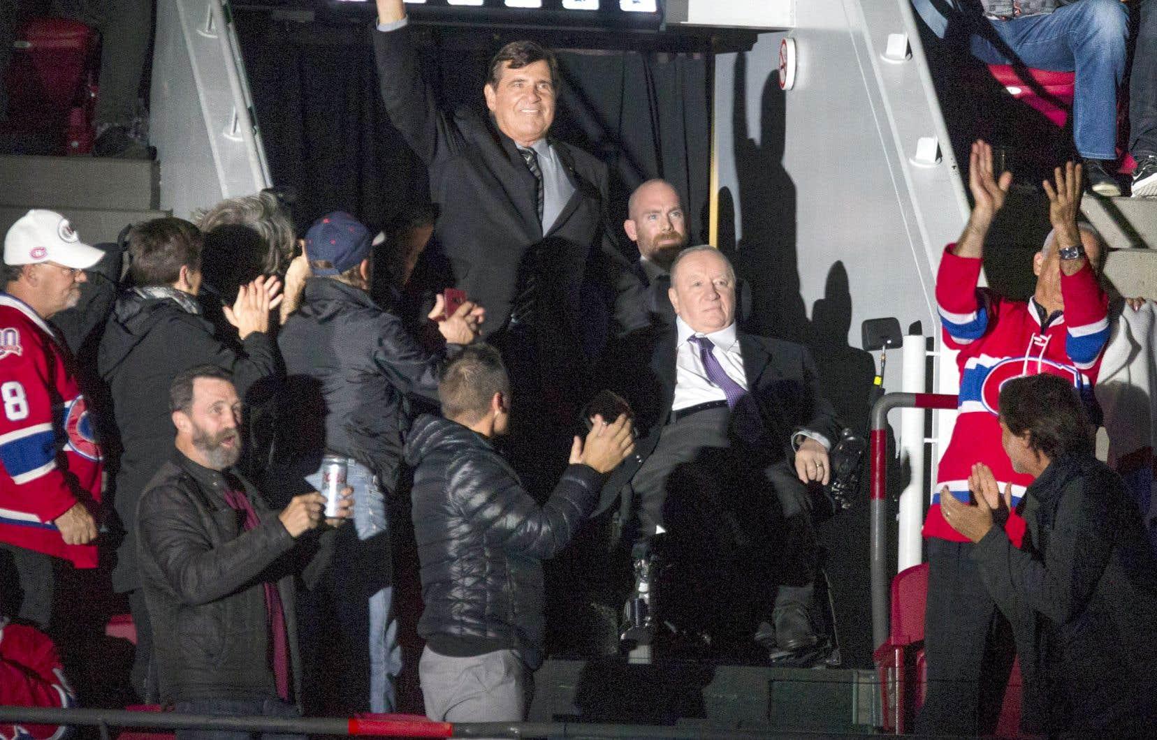 L'ancien entraîneur Jacques Demers a reçu l'accueil le plus chaleureux des partisans lors de la cérémonie avant le match d'ouverture locale, quand il a été présenté assis dans son fauteuil roulant aux côtés de l'ex-directeur général Serge Savard.