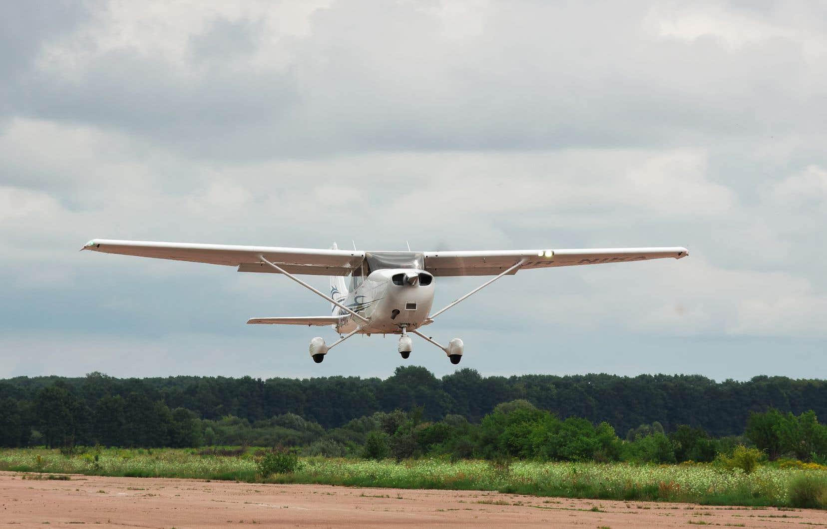 Des avions légers semblables à ce Cessna fréquentent le Centre récréatif ULM Québec, situé à Saint-Cuthbert.