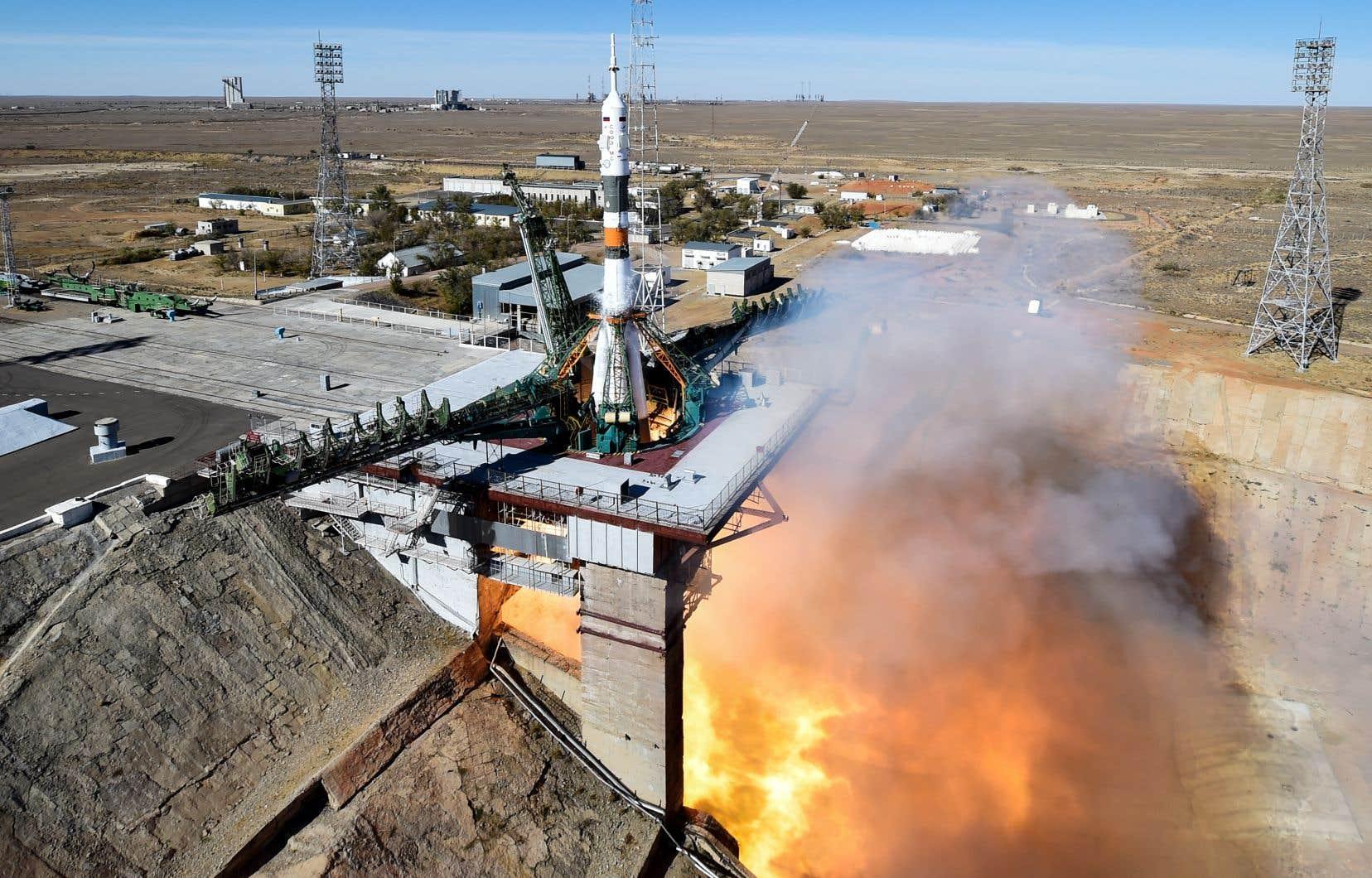 La fusée Soyouz devait transporter le cosmonaute russe Alexeï Ovtchinine et l'astronaute américain Nick Hague jusqu'à la Station spatiale internationale (SSI).