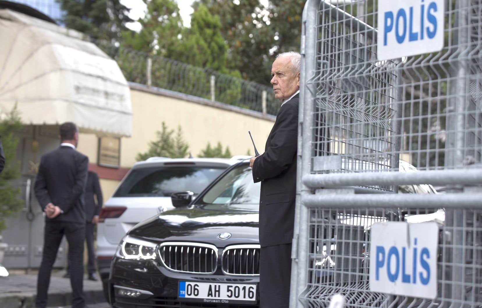 Des gardes de sécurité surveillent l'entrée du consulat d'Arabie saoudite à Istanbul, vendredi.