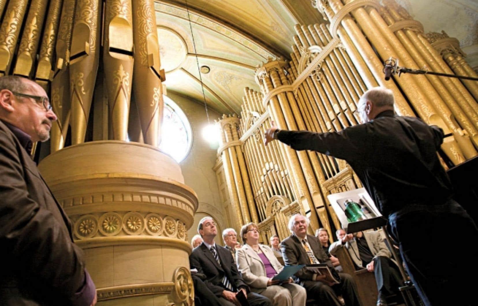 Robert Cadotte (à droite), porte-parole du comité de sauvegarde de l'église du Très-Saint-Nom-de-Jésus, a exposé hier les menaces qui pèsent sur le bâtiment et ses grandes orgues, au cours d'une conférence de presse.