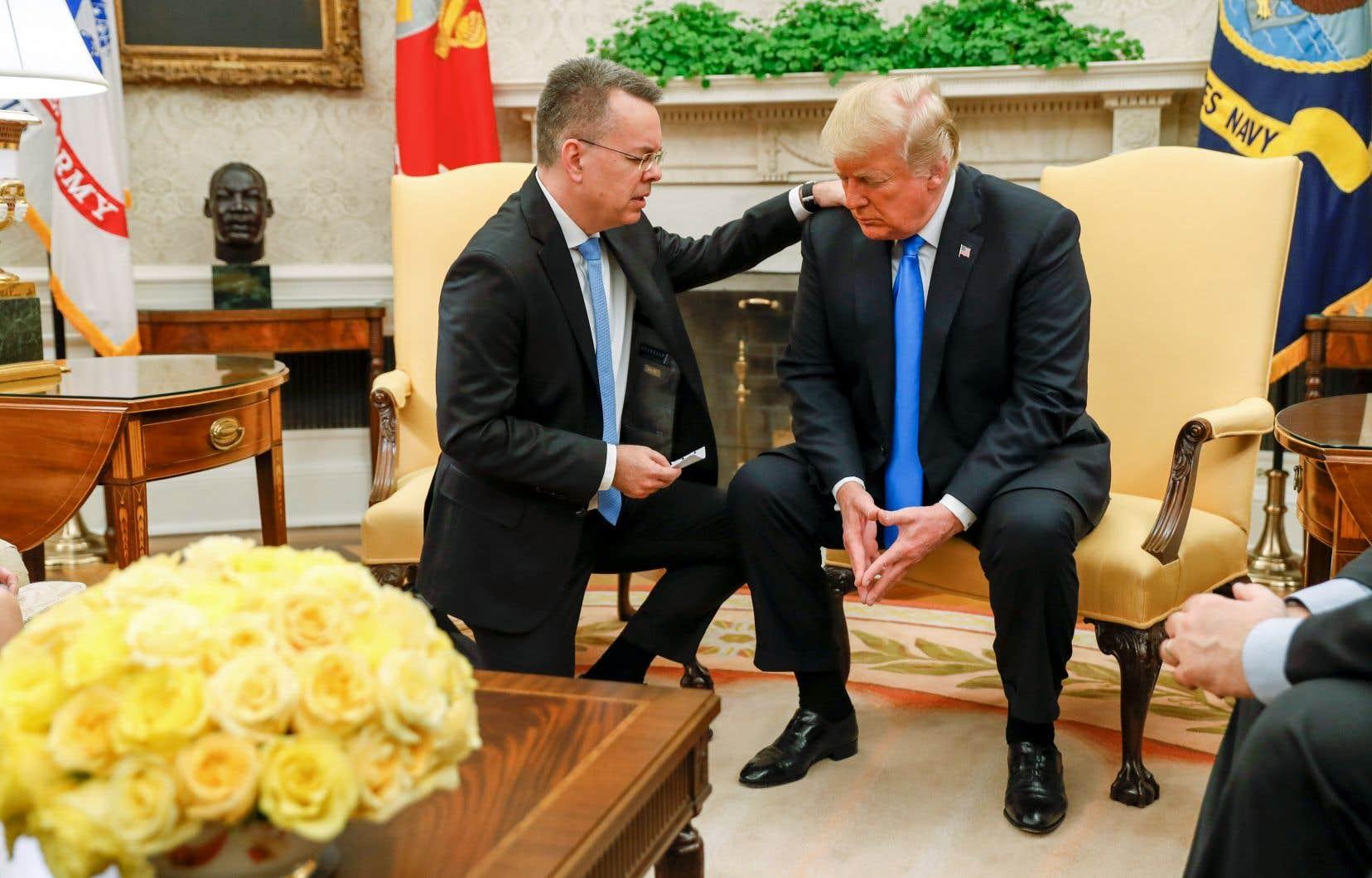 Genou à terre et la main sur l'épaule de Donald Trump, le pasteur Andrew Brunsona tenu à dire une prière pour le président des États-Unis.