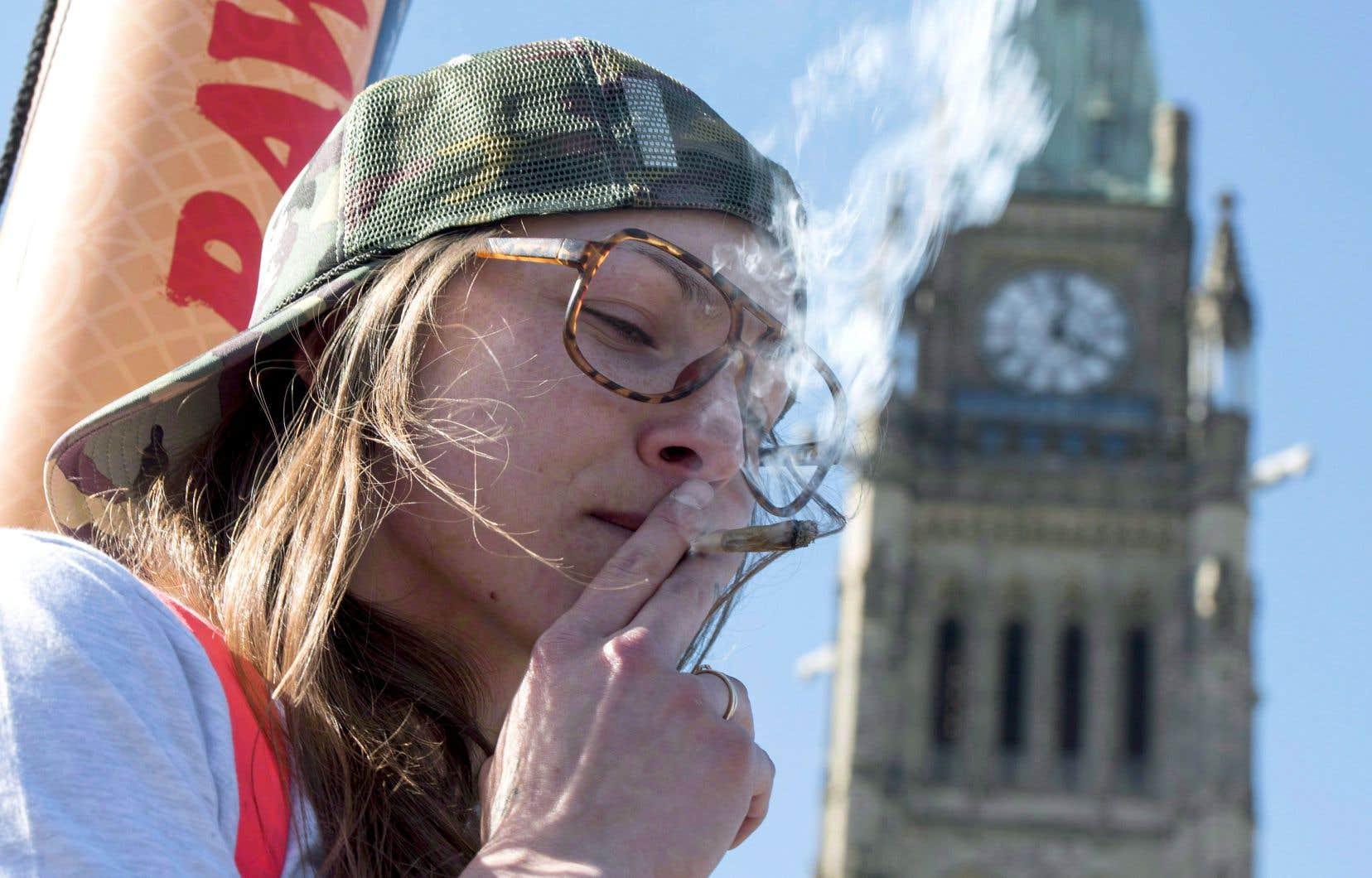 Après des années d'illégalité, mais aussi de tolérance, le cannabis fera son entrée dans la légalité mercredi partout au Canada.
