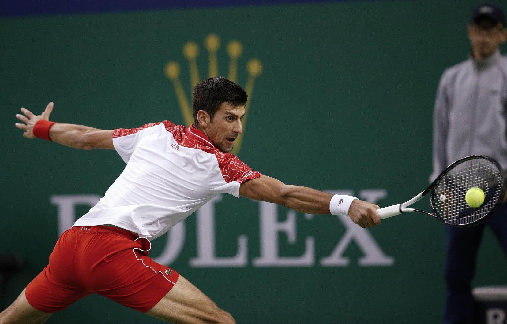 Novak Djokovic retournant un service du Croate Borna Coric lors du match de la finale, dimanche