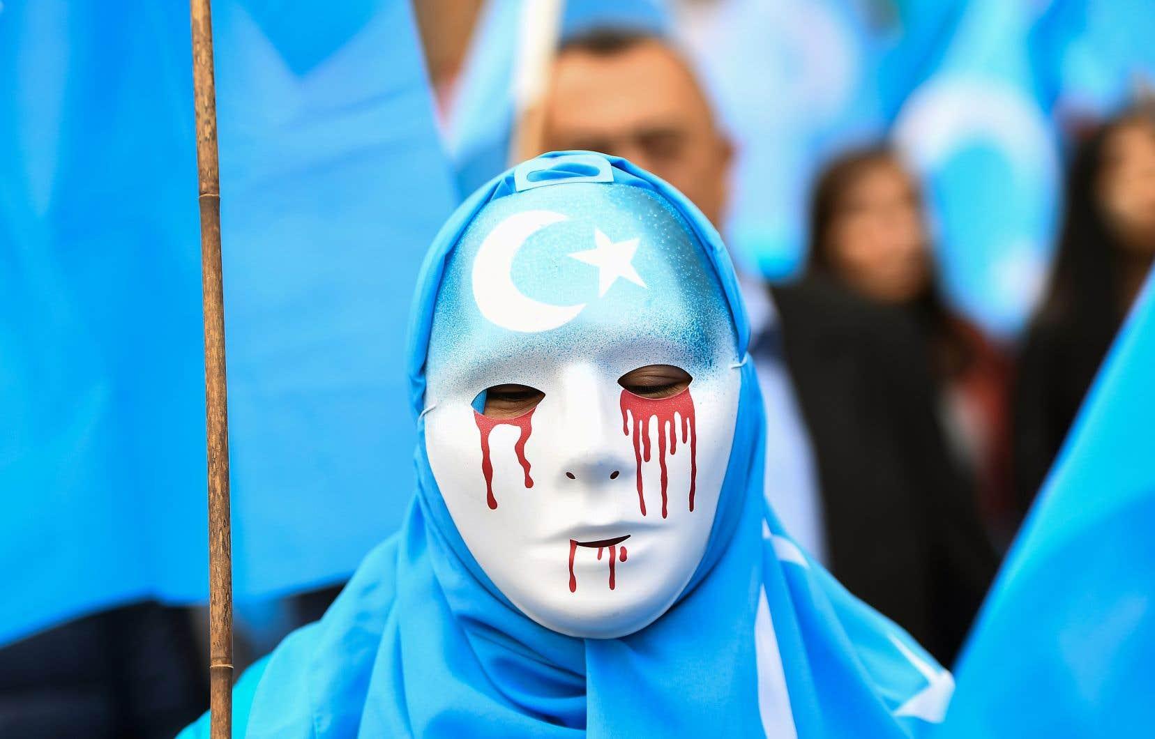 Un protestant masqué prenait part le 27avril dernier, à Bruxelles en Belgique, à une manifestation exhortant l'Union européenne à dénoncer le non-respect des droits de la minorité musulmane par le gouvernement chinois.