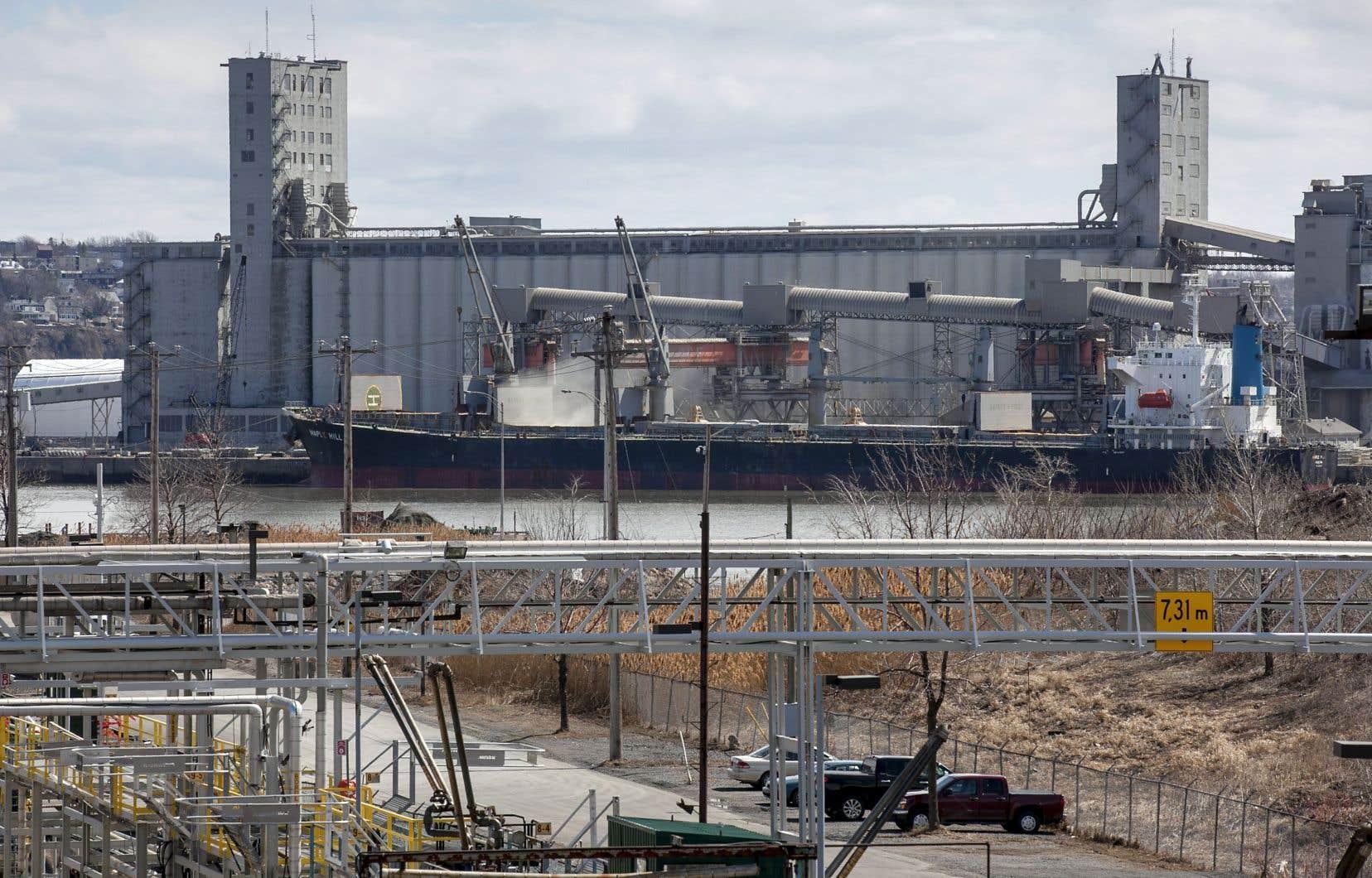 L'entreprise Arrimage du Saint-Laurent exploite deux terminaux au port de Québec. La compagnie a reconnu dans le passé sa responsabilité dans l'épisode de poussière rouge survenu à la fin de 2012.