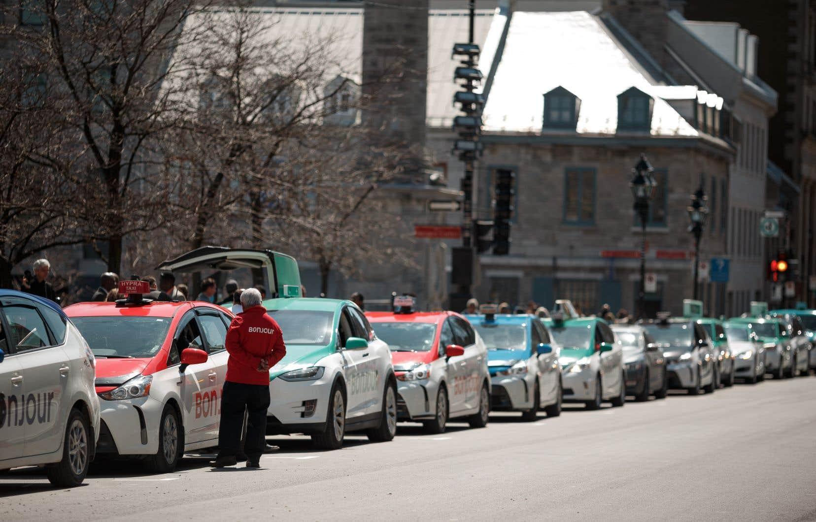 Les chauffeurs de Téo Taxi sont des salariés, contrairement aux autres chauffeurs de taxi; c'est pourquoi ils peuvent se syndiquer, en vertu du Code du travail du Québec.