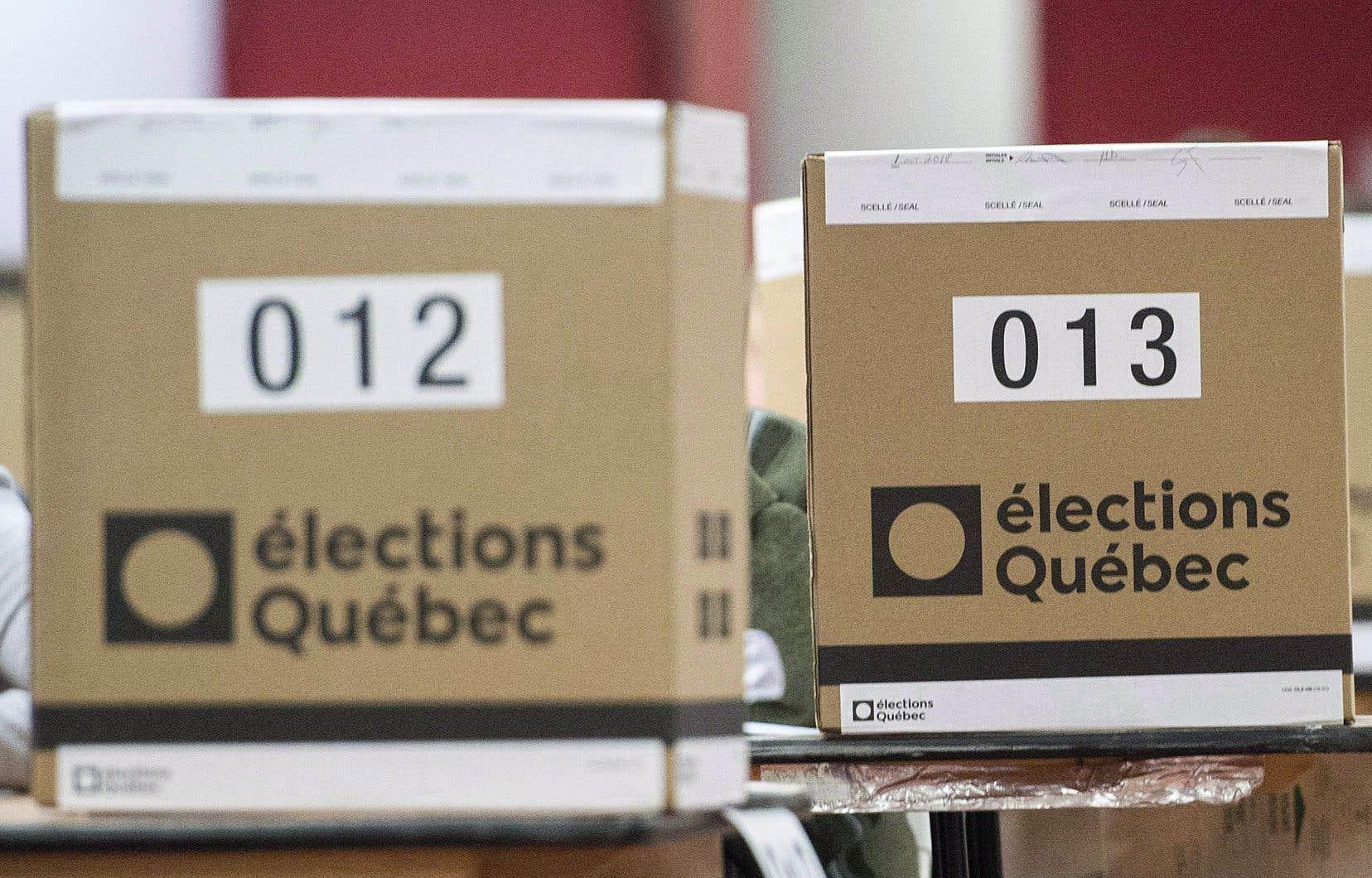 Pour l'ensemble du Québec, la CAQ maintient donc son score de 74 députés, et le PQ plafonne à 10 députés.