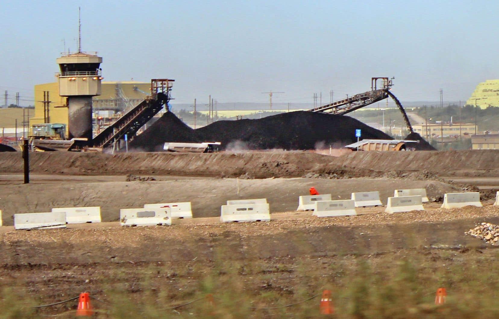 Selon Desjardins, la production albertaine a augmenté plus vite que prévu cette année, contribuant ainsi au problème, alors que certaines raffineries américaines ne peuvent pas accepter davantage de pétrole en raison de leurs travaux d'entretien.