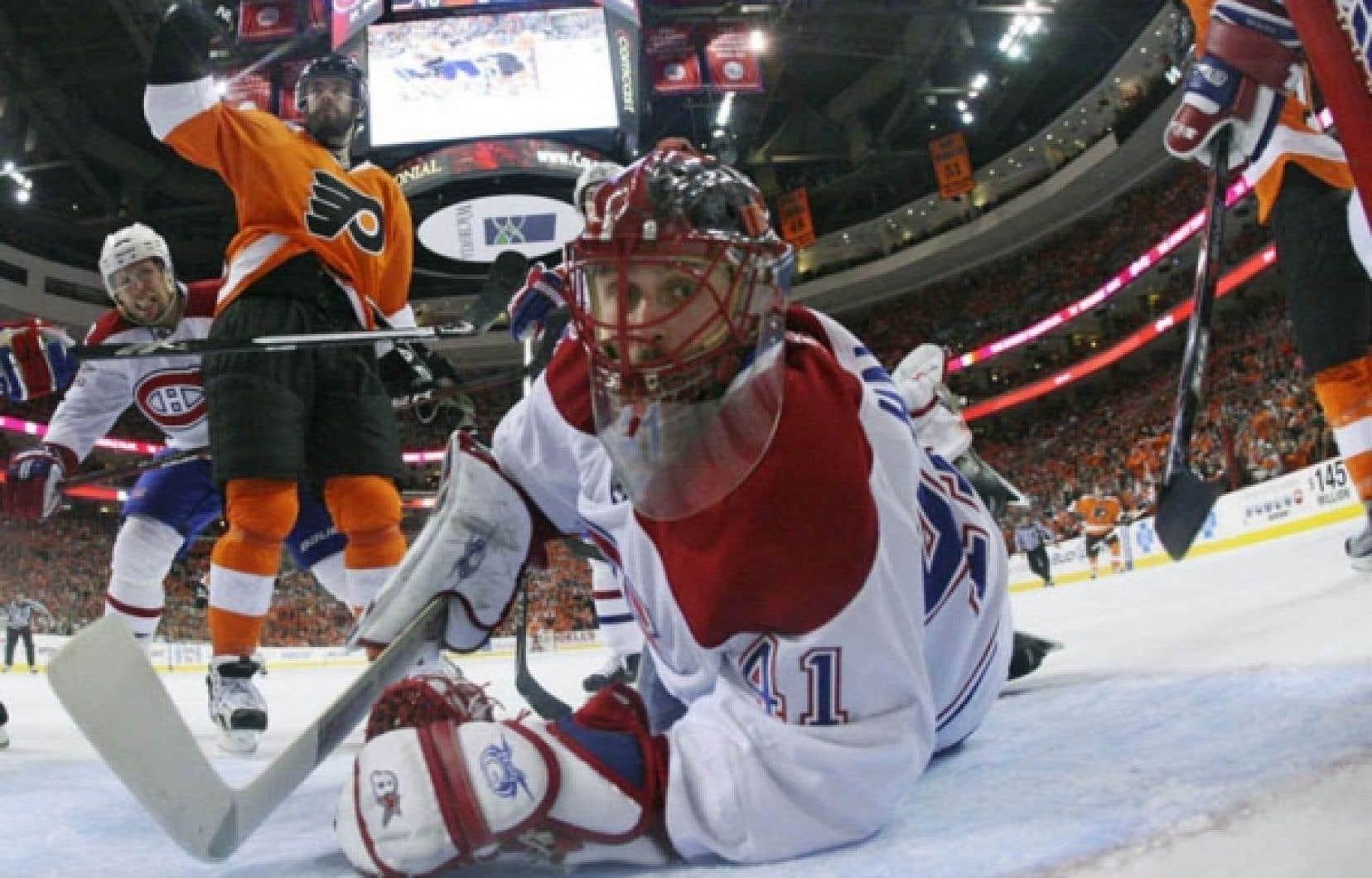 Jaroslav Halak regarde la rondelle pénétrer pour la deuxième fois dans son but, hier soir, à Philadelphie. Le Canadien s'est fait blanchir de nouveau, accordant trois buts aux Flyers. Les deux équipes seront à Montréal demain pour disputer le troisième match de cette troisième ronde des séries éliminatoires.