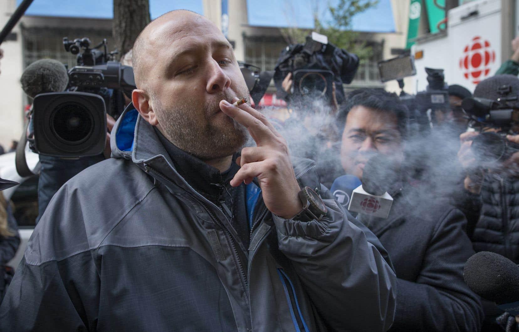 Devant la succursale du centre-ville de Montréal, l'ambiance était festive: les futurs clients se prenaient en photo avant d'entrer, et montraient joyeusement aux journalistes comment rouler un joint.