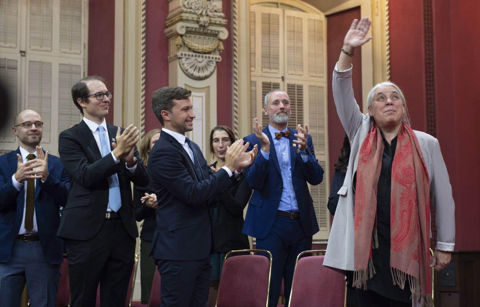 La co-porte-parole de Québec solidaire Manon Masse envoie la main après l'assermentation des députés solidaires, à l'Assemblée nationale, mercredi.