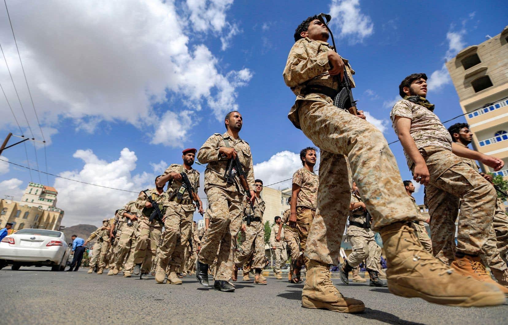 Des soldats yéménites, fidèles aux rebelles houthis, défilent dans la capitale.Selon l'auteur, le conflit au Yémen est devenu une guerre par procuration,avec l'objectif d'empêcher l'Iran de renforcer son influence dans la région.