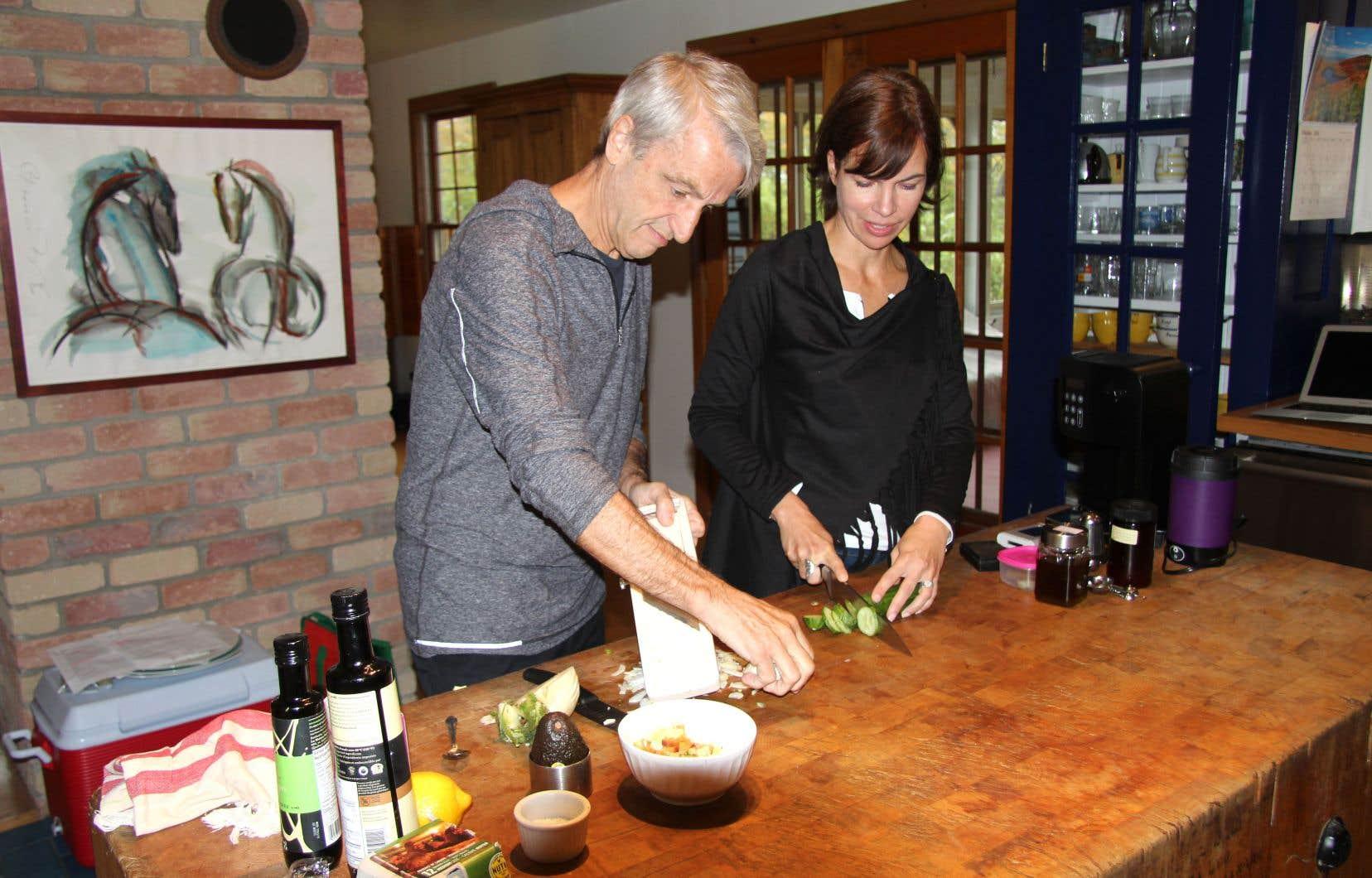 Le chef Jean Soulard et la conseillère en cannabis médicinal Véronique Lettre cuisinent ensemble un repas au beurre de cannabis. Savoureux et très, très efficace.