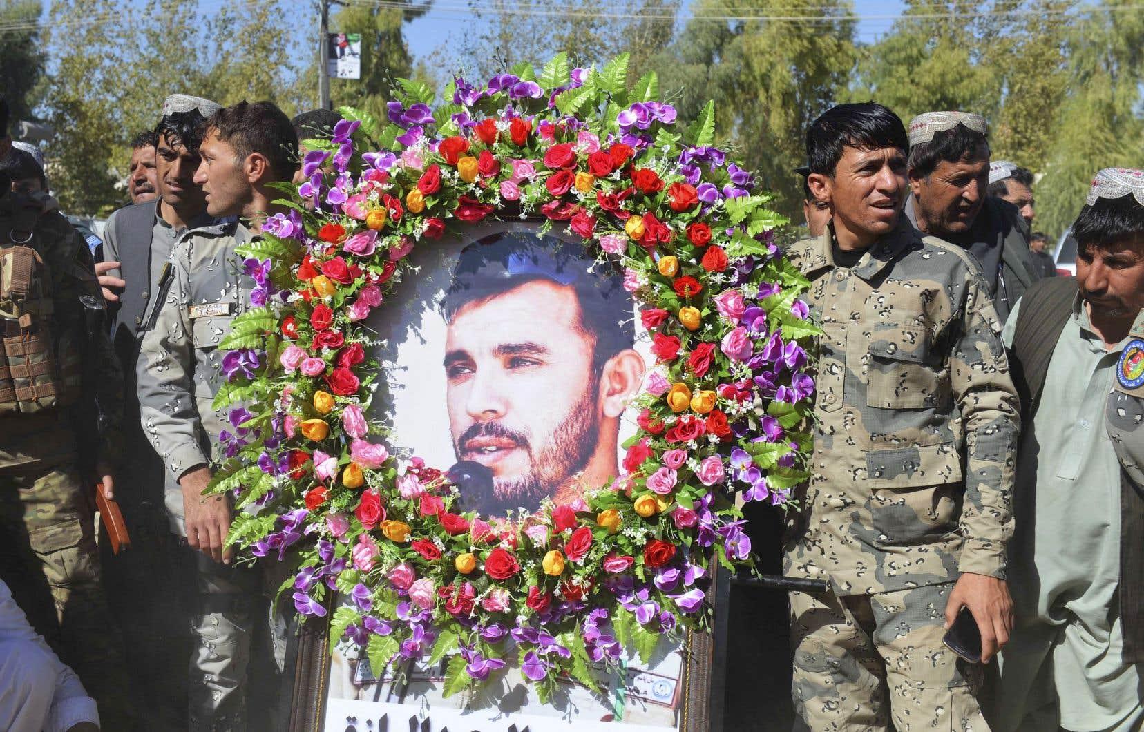 Du personnel militaire rendant hommage au général Abdul Raziq, tué jeudi par des talibans