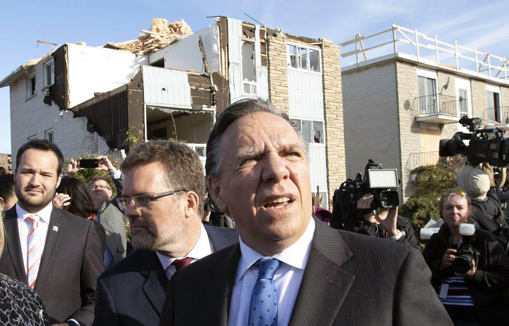 François Legault est allé à Gatineau vendredi pour mesurer l'ampleur des dommages causés par une tornade qui a ravagé un quartier le mois dernier.