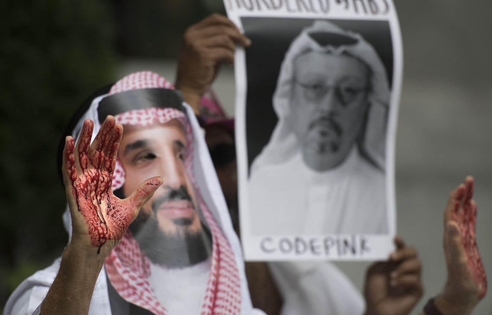 Un manifestant déguisé en prince saoudien Mohammed bin Salman, les mains ensanglantées, devant les locaux de l'ambassade d'Arabie saoudite à Washington, le 8 octobre 2018.