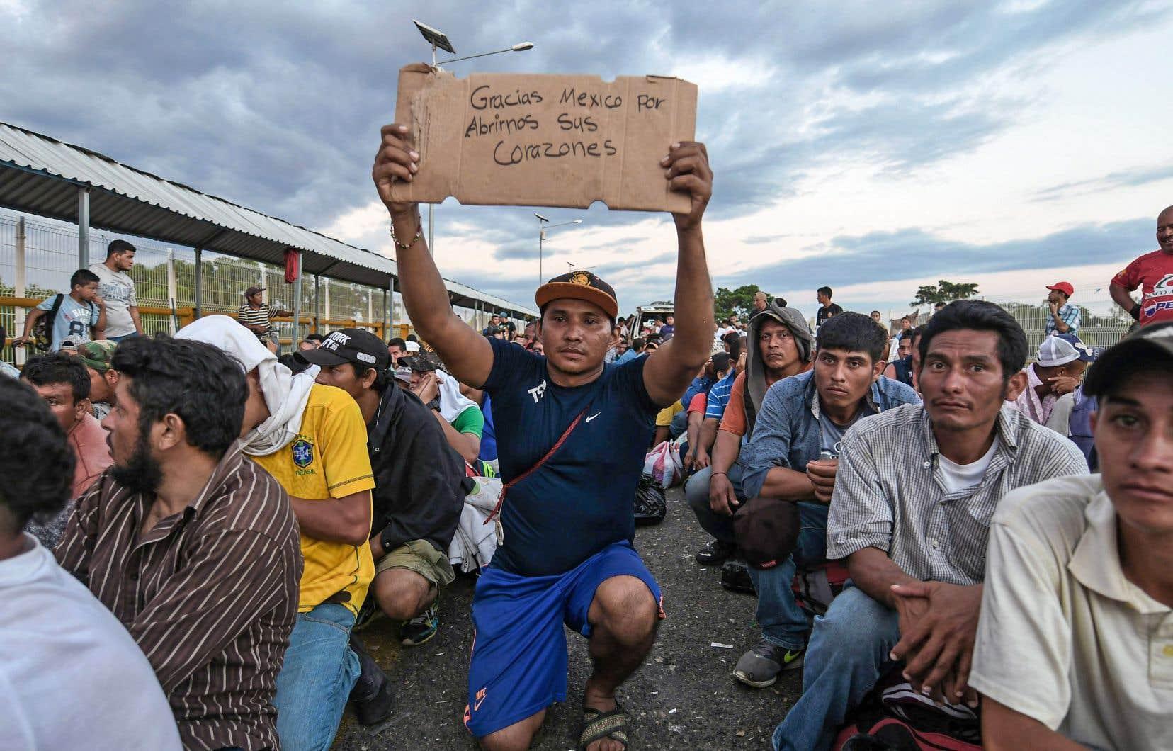 Un migrant du Honduras montre une affiche faite à la main sur laquelle on peut lire: «Merci Mexique de nous ouvrir vos cœurs».