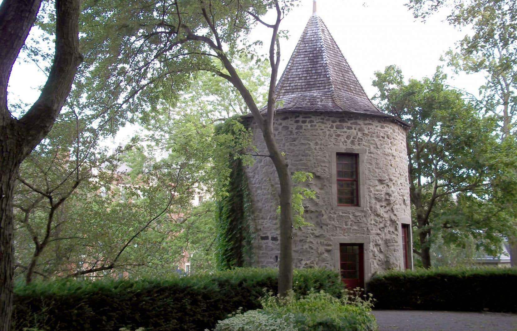 Une des deux tours du mur d'enceinte du fort de la Montagne, que les Sulpiciens conserveront en 1854 malgré la construction du Grand Séminaire de Montréal.