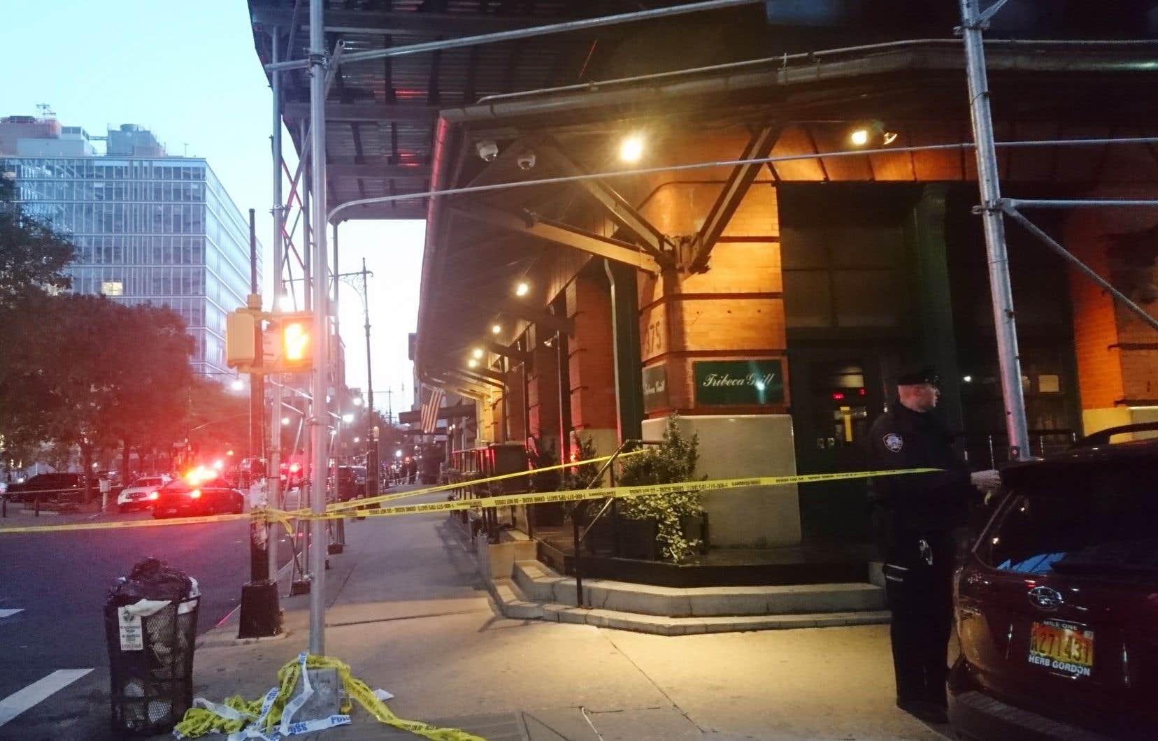 La police de New York enquête dans le secteur de Tribeca, à New York, où a été livré le colis suspect.