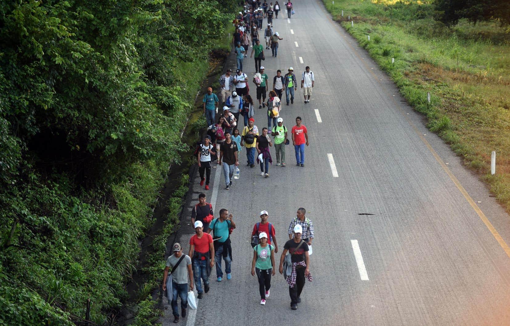 <p>Des milliers de migrants partis du Honduras marchent en direction des États-Unis.</p>