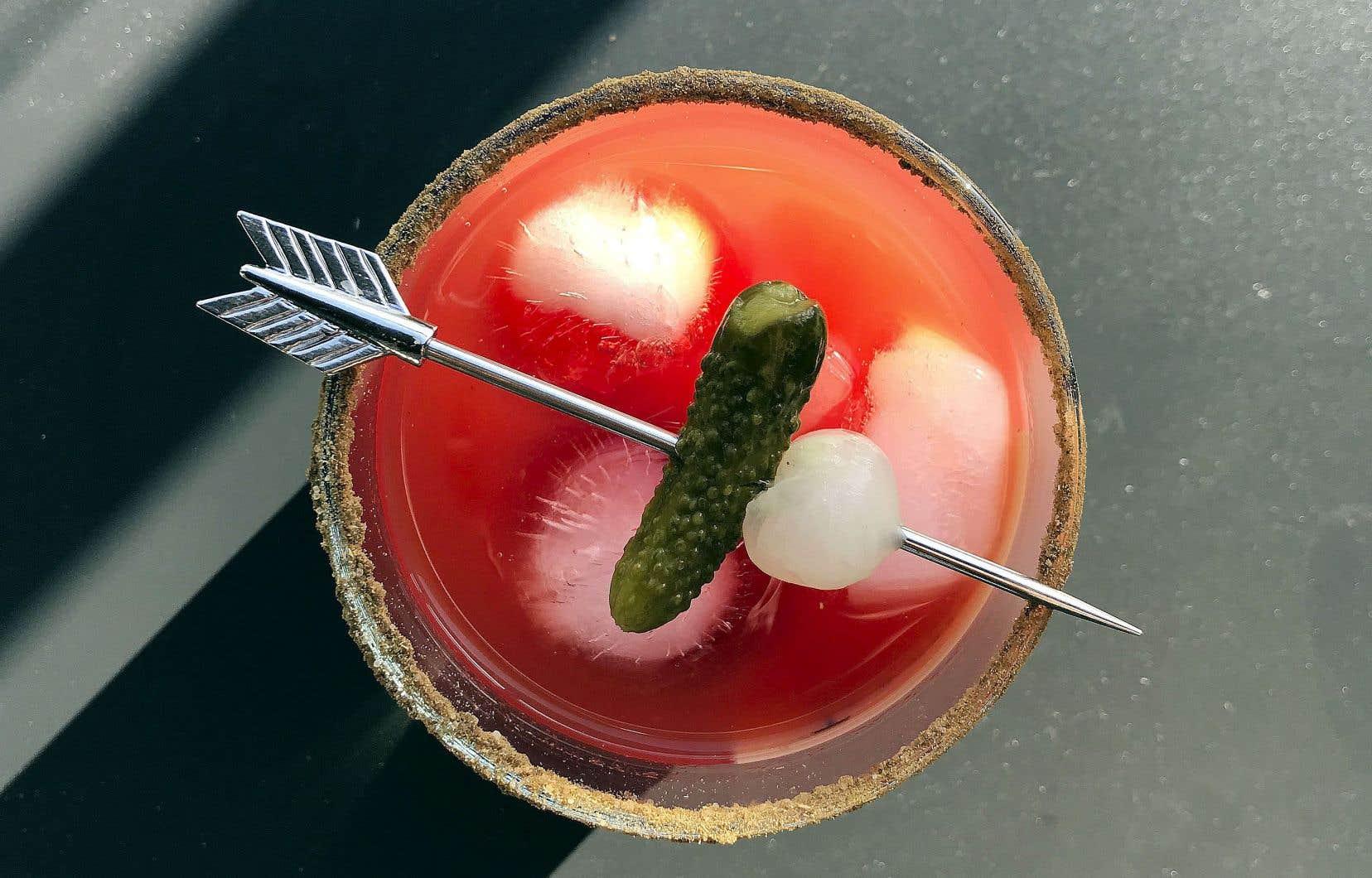 Juste avant de servir, incorporer la vodka au mélange et verser dans de grands verres remplis de glace.