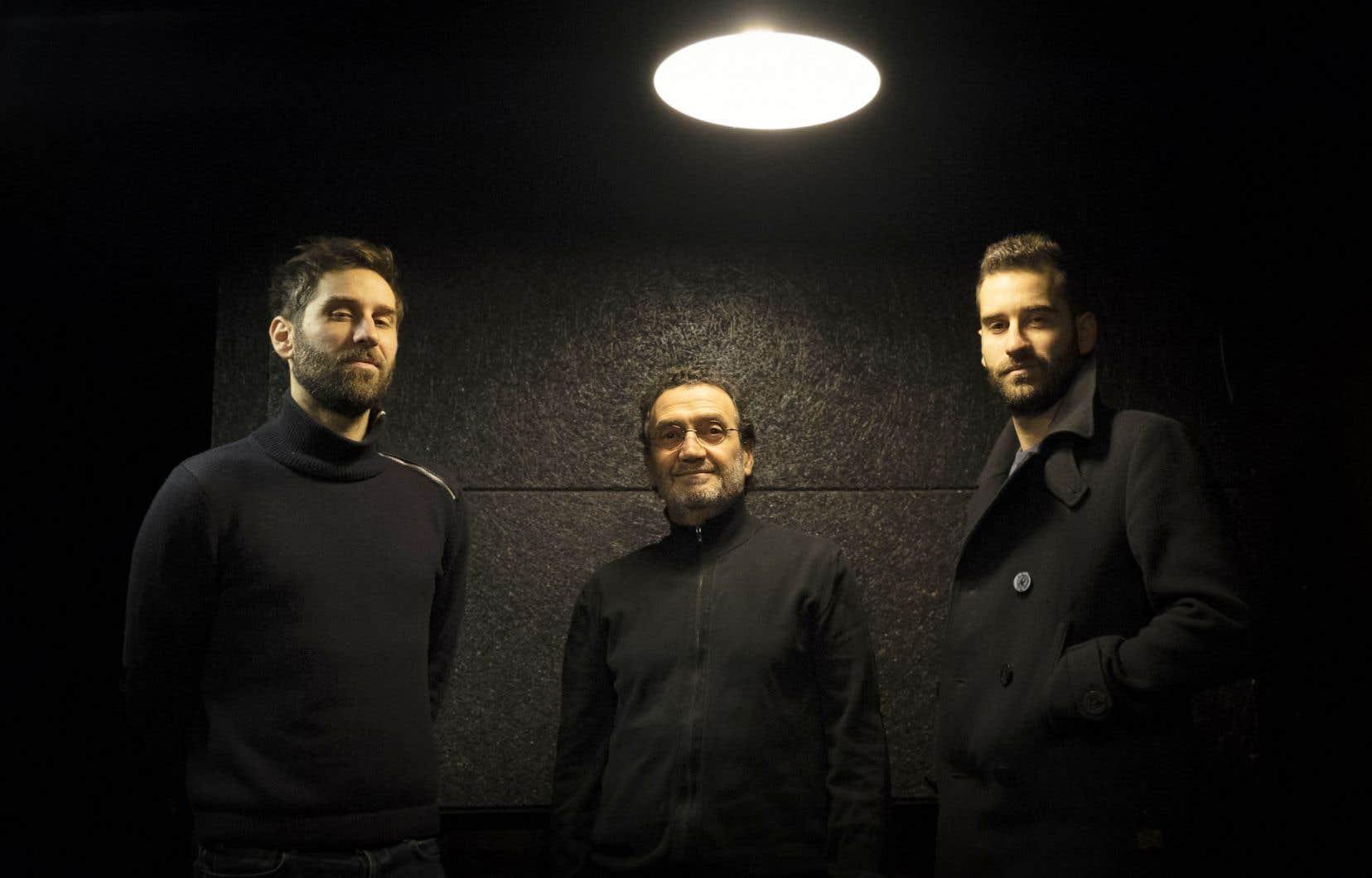 C'est avec une partie de ses acolytes (Damien Fléau, à gauche, et Maxime Fléau, à droite) du groupe Cheikh Sidi Bémol que Hocine Boukella (au centre) montera sur la scène du Gésù pour présenter son conte musical.