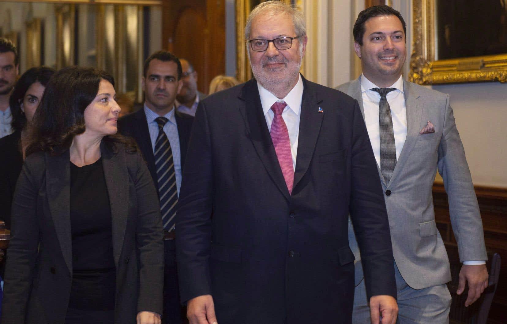 Le chef par intérim du PLQ, Pierre Arcand, et quelques-uns de ses députés, dont la présidente du caucus, Filomena Rotiroti. Le président du parti, Antoine Atallah, est aussi à ses côtés.
