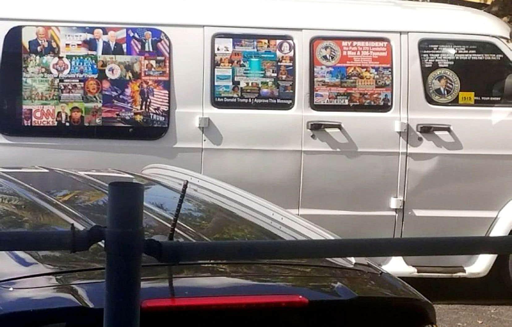 Sur toutes les fenêtres de la camionnette du suspect sont tapissées des photos triomphales du président Donald Trump et du vice-président Mike Pence. Et on peut y voir des photos d'Hillary Clinton et de Barack Obama couvertes d'une cible rouge.
