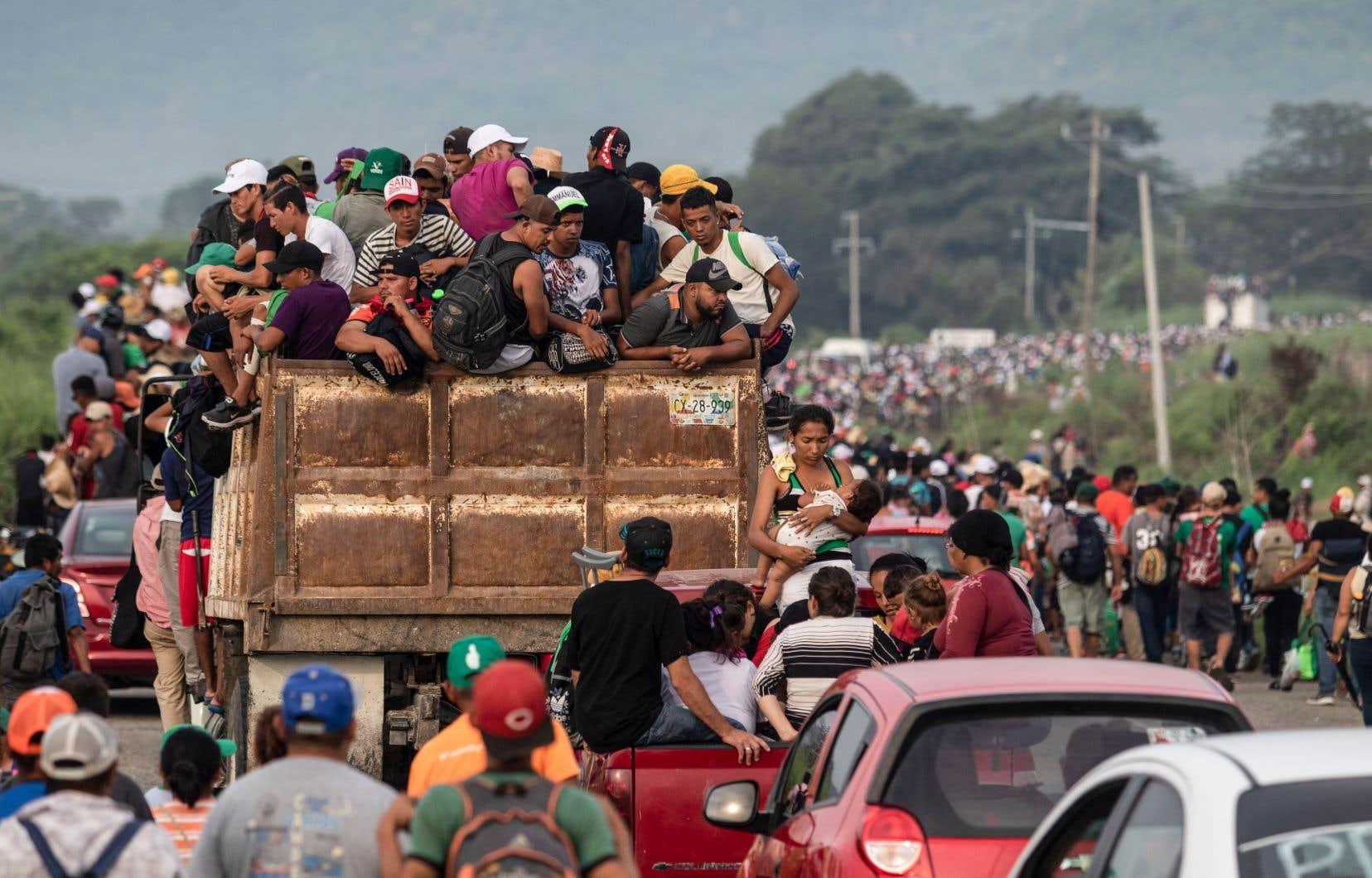 Les milliers de migrants, qui se dirigent vers Tapanatepec dans l'État de Oaxaca, ont été bloqués samedi matin par un barrage policier dans la localité de Las Arenas, à environ 25km de leur destination.