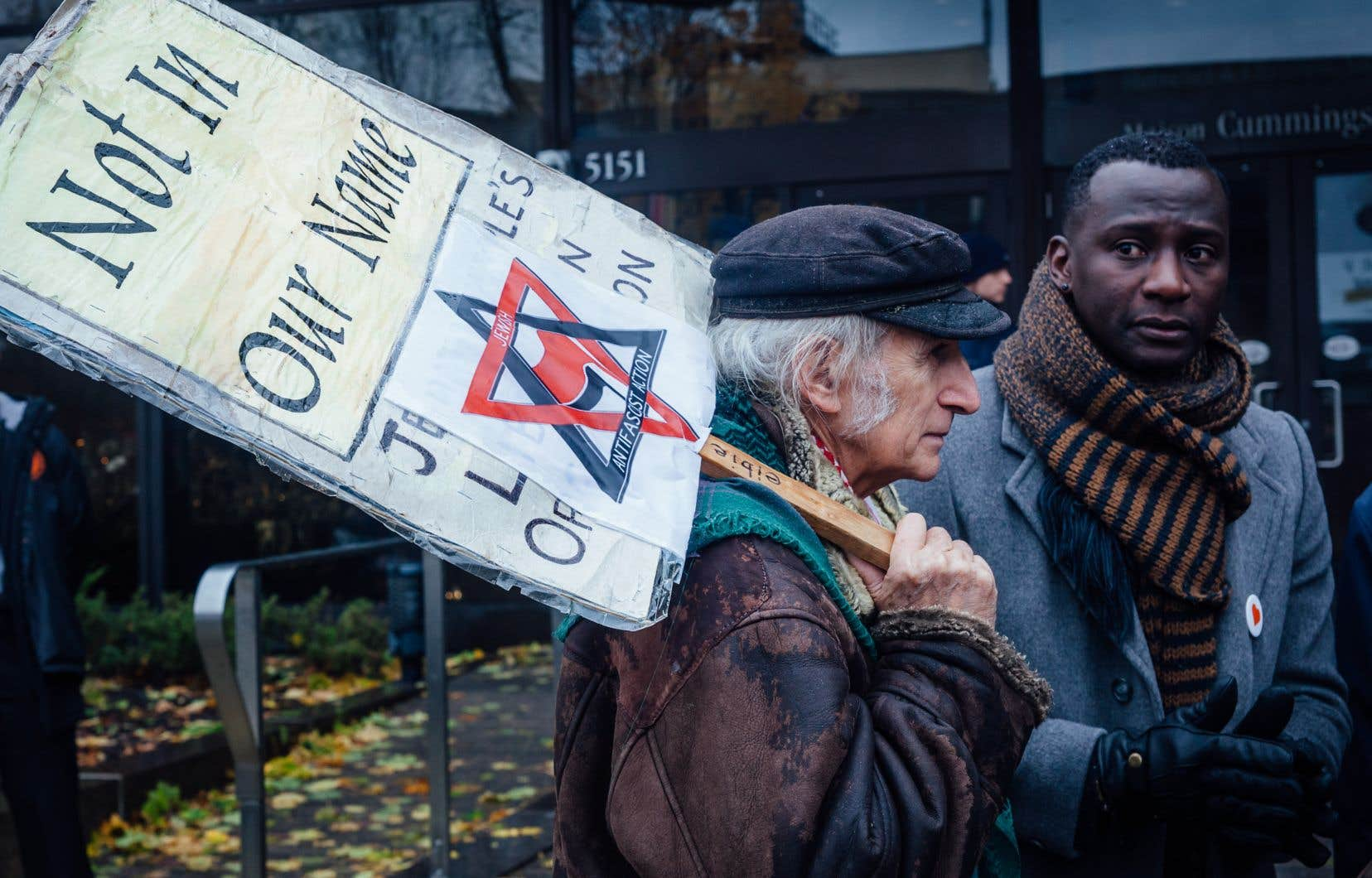 <p>Des dizaines de personnes ont répondu à l'appel d'organisations juives et se sont rassemblées devant le Musée de l'Holocauste à Montréal dimanche.</p>
