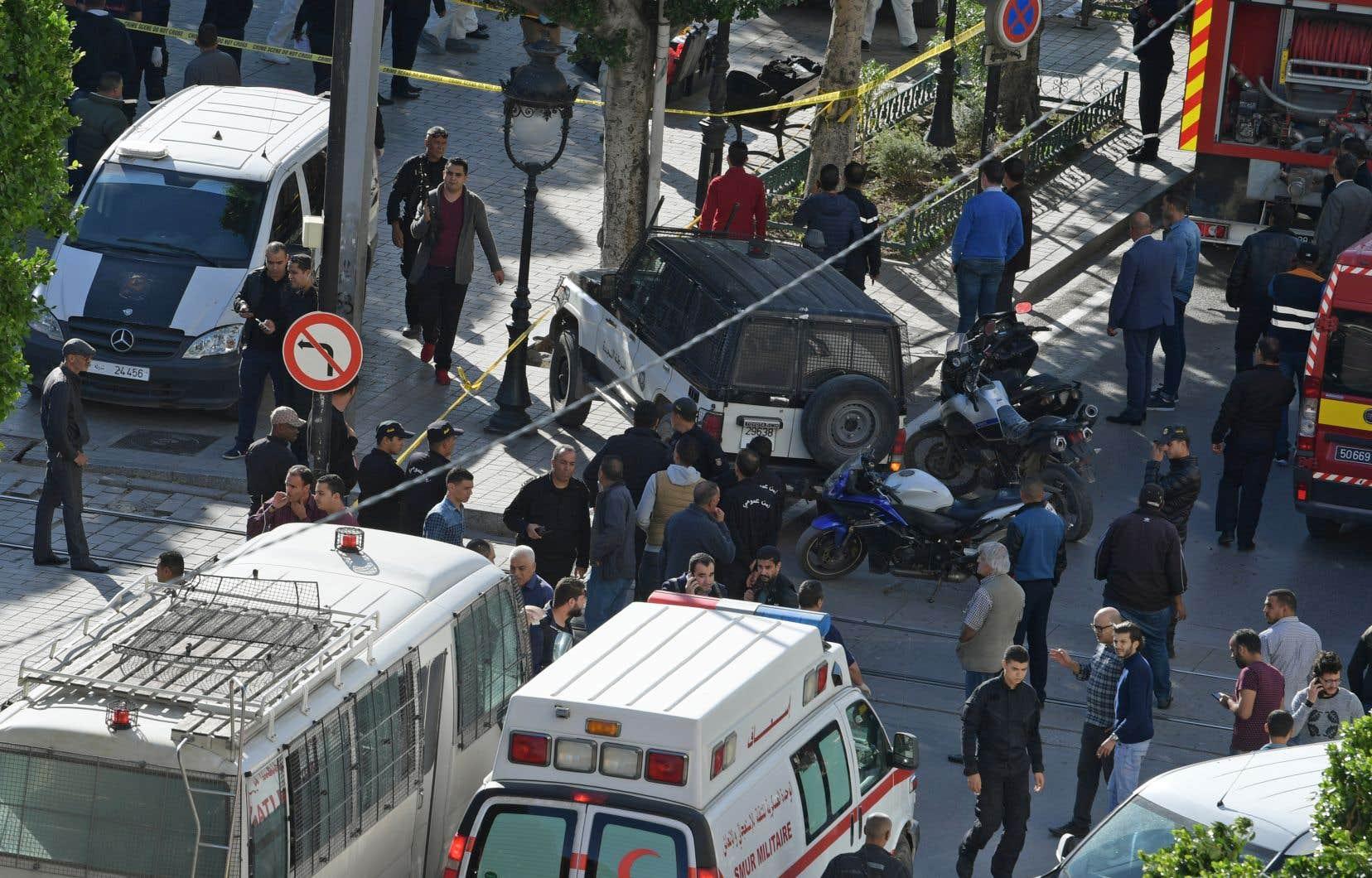 Plusieurs ambulances et d'importants renforts de police sont arrivés sur les lieux et le secteur a été immédiatement bouclé.