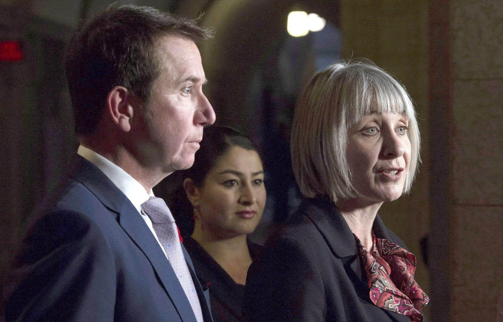 Les ministres Patty Hajdu (à droite), Maryam Monsef et Scott Brison lors de l'annonce faite conjointement
