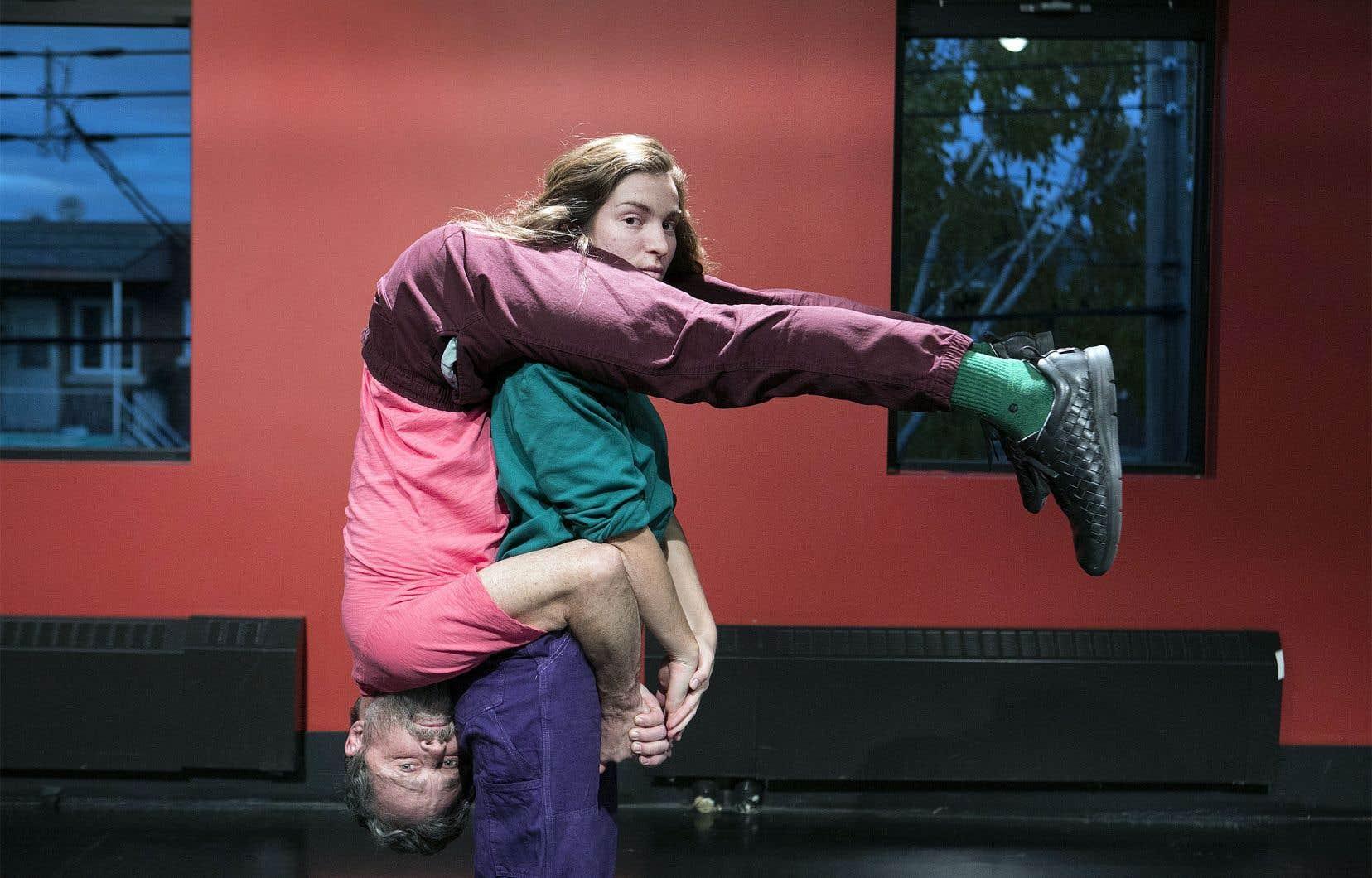 Les mouvements proposent un autre langage physique afin de montrer les effets d'un discours paradoxal sur les corps, disent Alix Dufresne et Marc Béland.