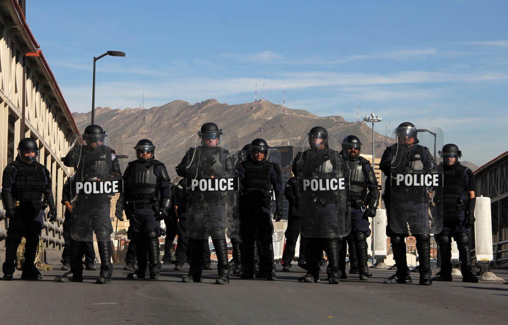 Des policiers antiémeute américains participent à un exercice à la frontière américano-mexicaine, le 29 octobre 2018.