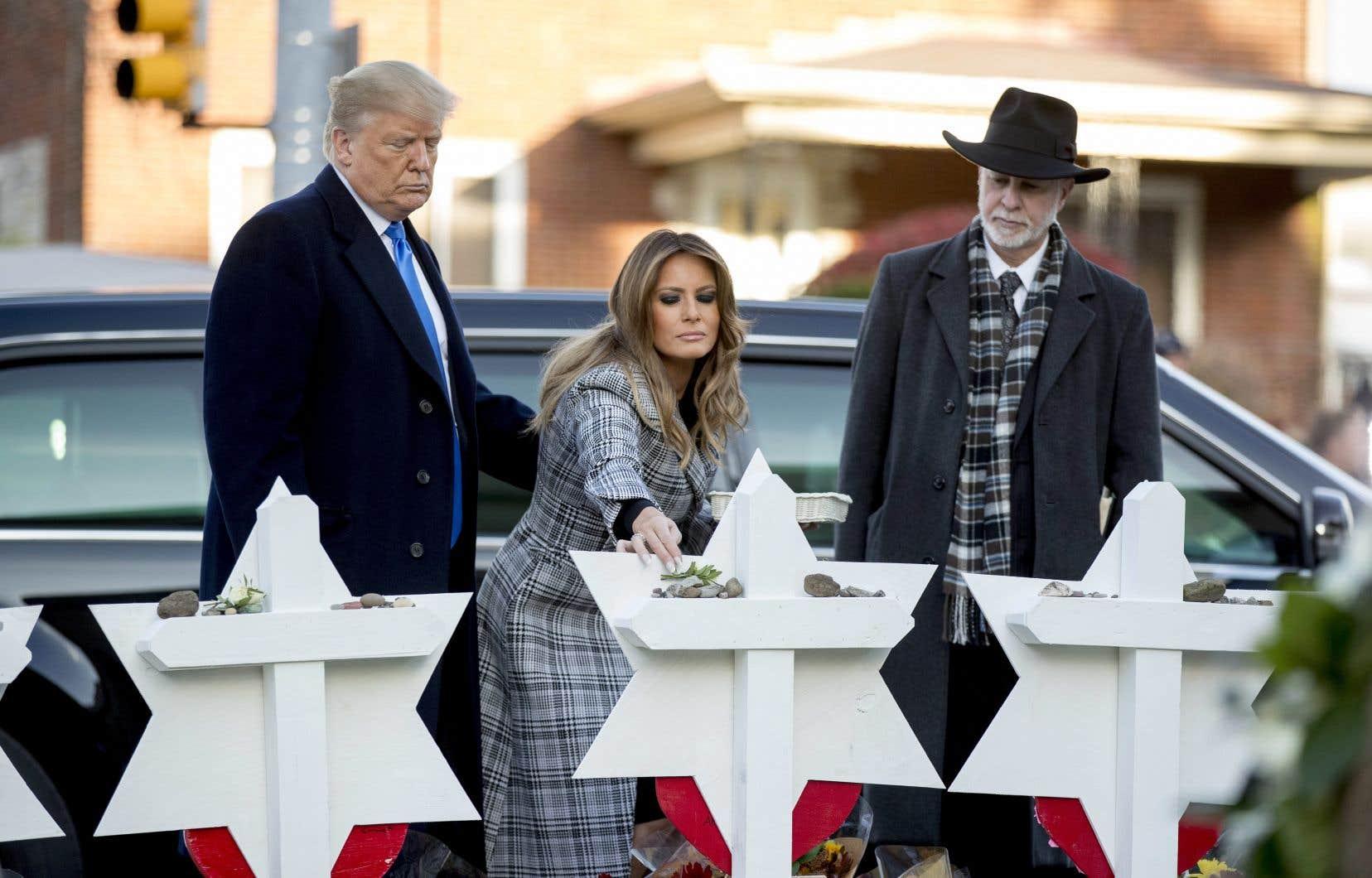 Le président Donald Trump et la première dame Melania Trump déposent des fleurs sur le monument commémoratif des victimes de la tuerie de Pittsburgh, mardi.