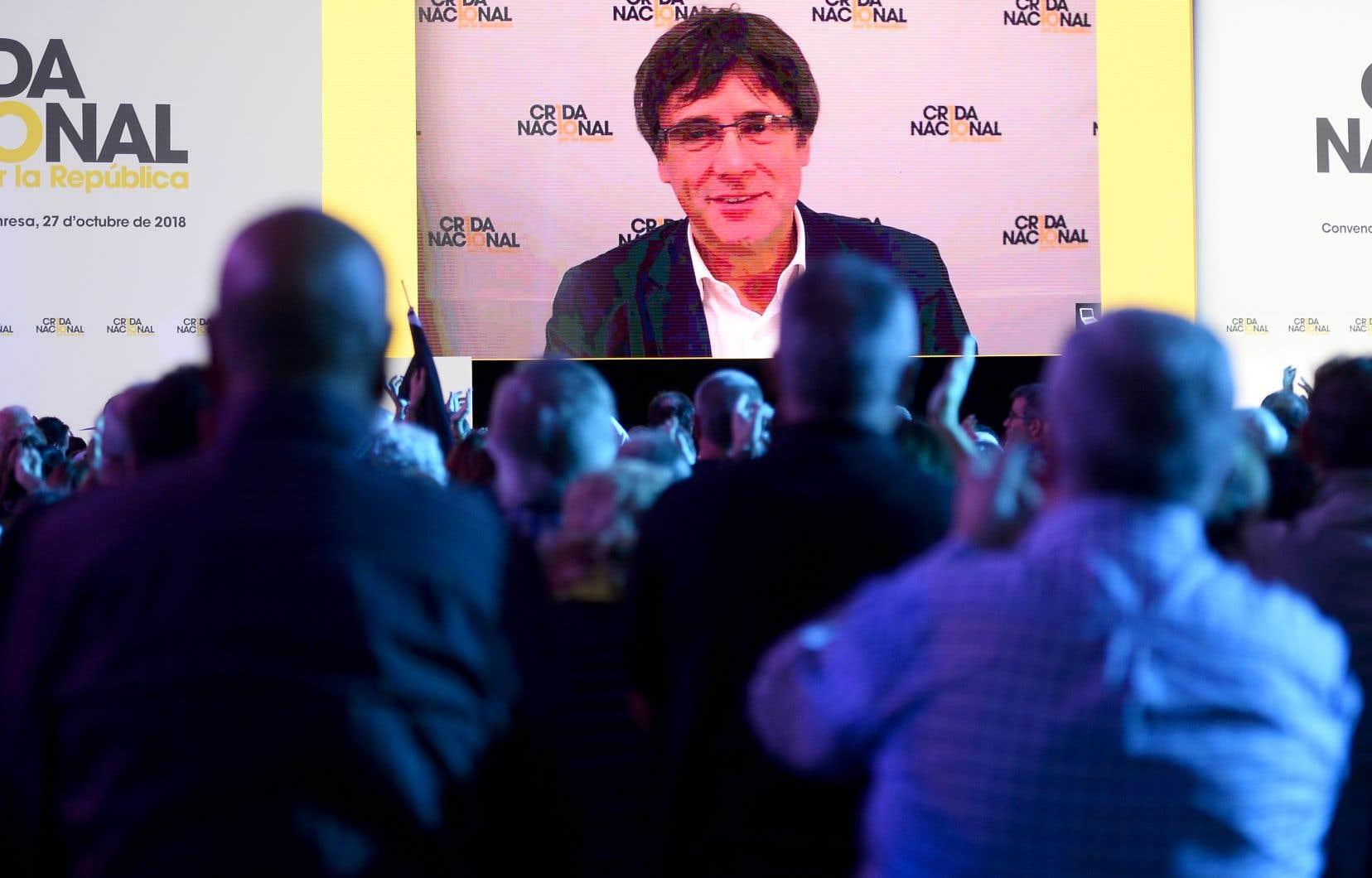 L'ancien président de la région catalane Carles Puigdemont apparaît sur un écran, lors de la convention de fondation du nouveau parti séparatiste catalan La Crida.