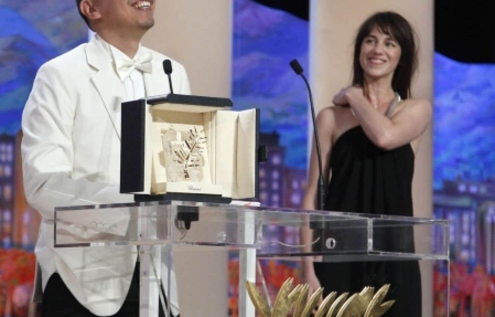 Le gagnant de la Palme d'or, le Thaïlandais Apichatpong Weerasethakul, en compagnie de Charlotte Gainsbourg, lors de la cérémonie de remise des prix du Festival de Cannes