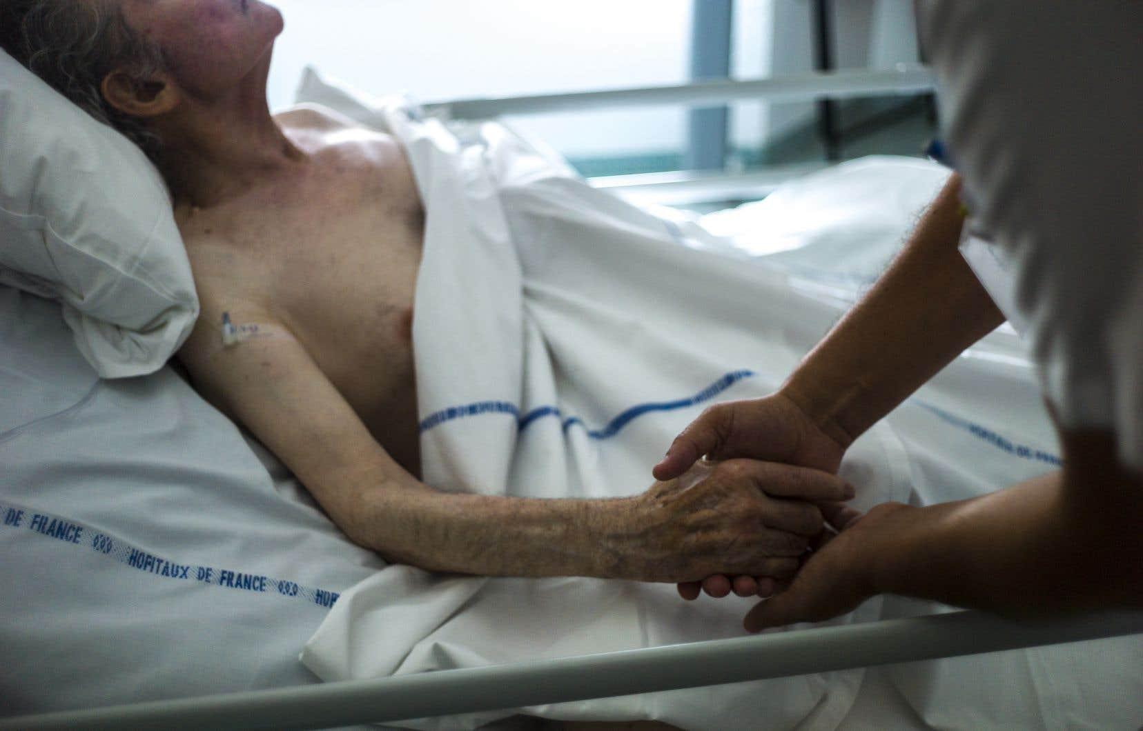Au Québec, l'aide médicale à mourir est déjà prodiguée depuis plusieurs années et la loi oblige déjà les médecins à remplir un formulaire — ne demandant aucun renseignement sur l'identité du médecin ou du patient, excepté sa date de naissance.