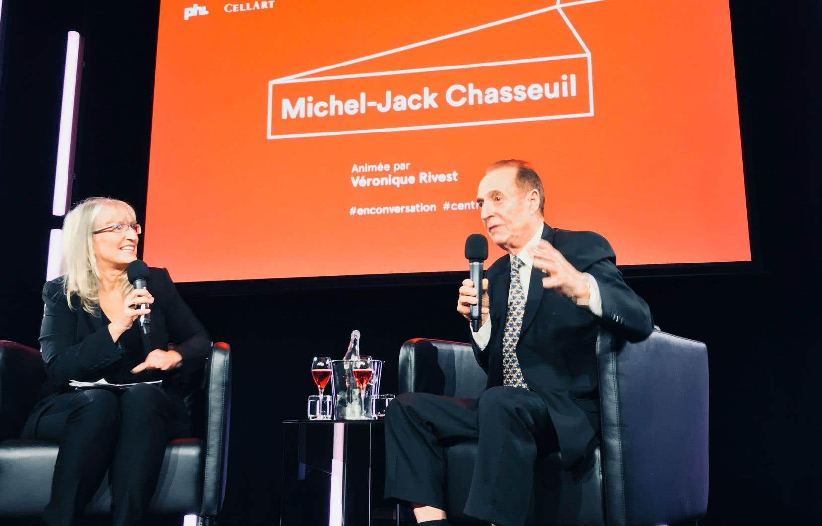 La sommelière Véronique Rivest encourageant Michel-Jack Chasseuil à déballer devant public les hauts et les bas de sa vie de collectionneur